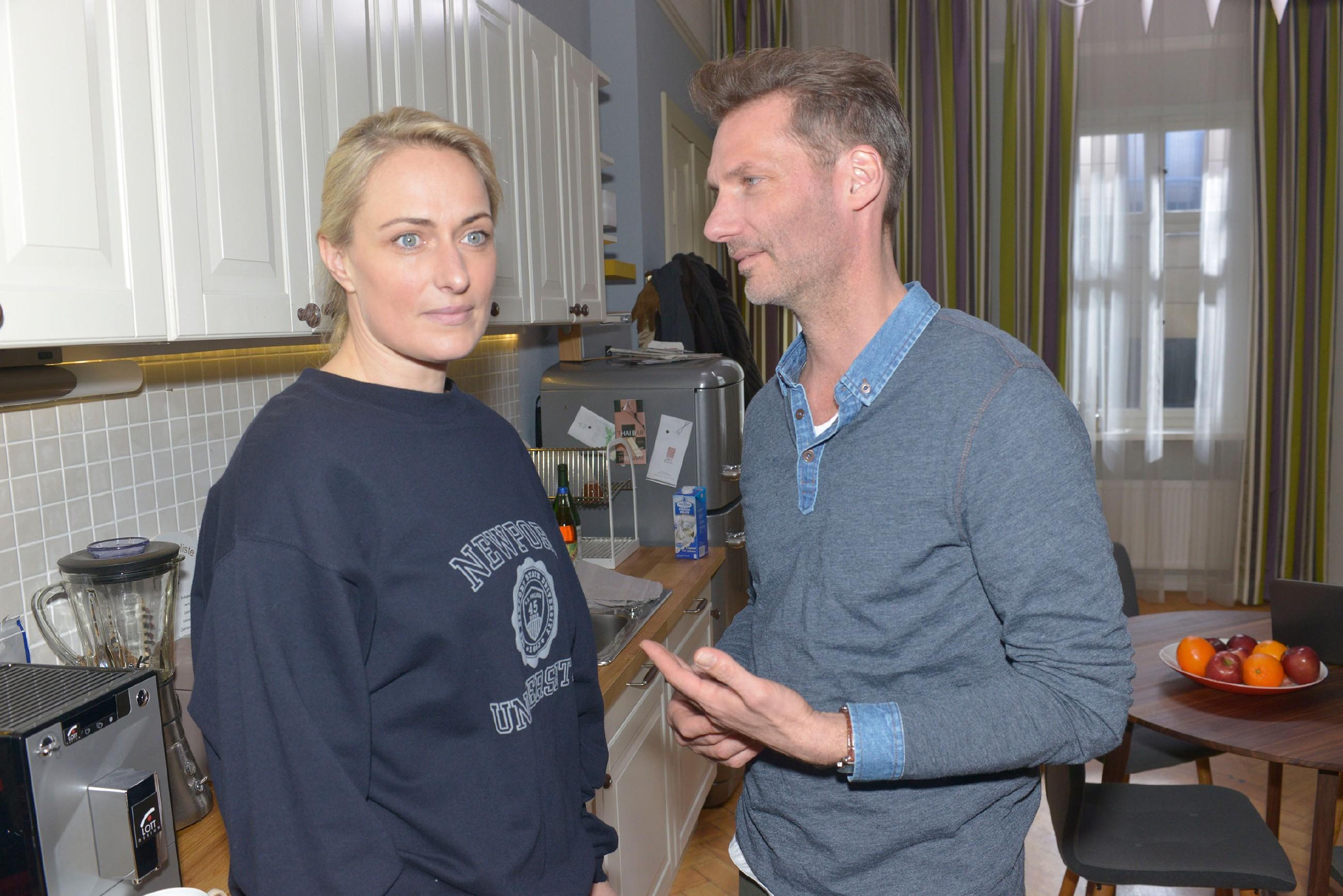 Für Maren (Eva Mona Rodekirchen) wird es immer schwerer, die dramatischen Ereignisse vor Alexander (Clemens Löhr) zu verheimlichen. (Quelle: RTL / Rolf Baumgartner)
