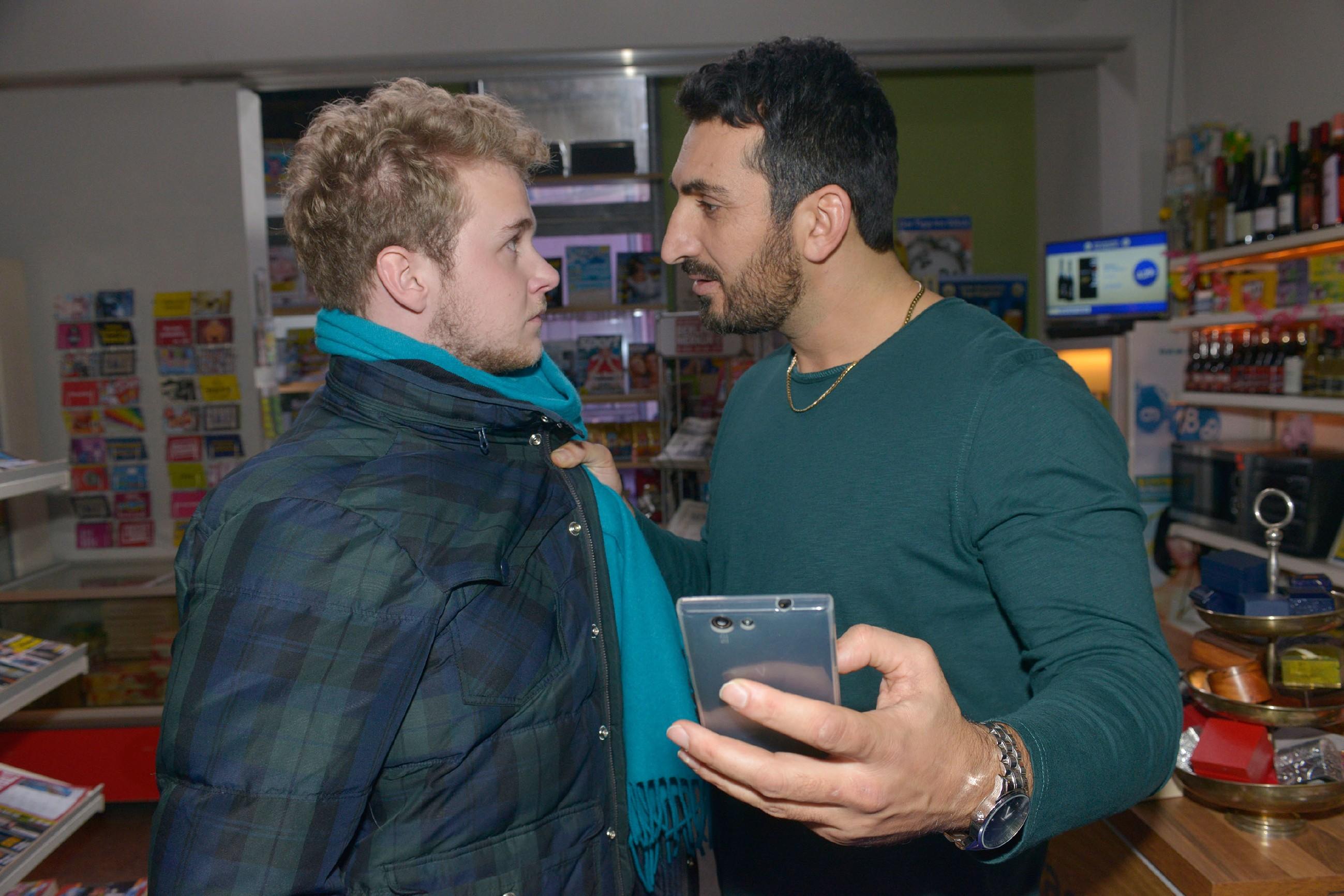 Mesut (Mustafa Alin, r.) macht Jonas (Felix van Deventer) nachdrücklich klar, dass er Selma respektvoll behandeln soll.