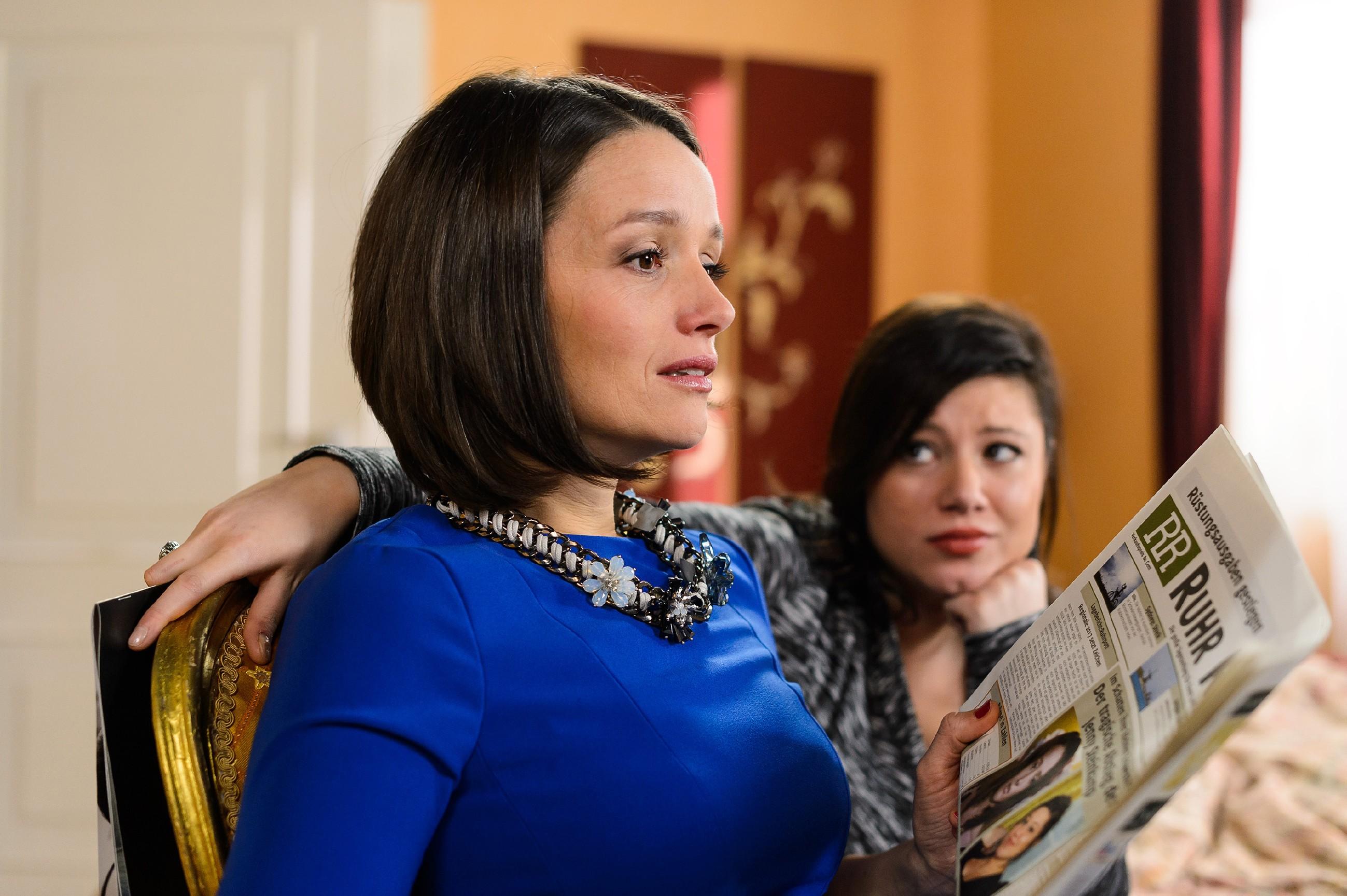 Jenny (Kaja Schmidt-Tychsen, l.) ist getroffen, als sie nach der Party von der Presse als der bemitleidenswerte Gegenpart zu ihrer erfolgreichen und glücklichen Schwester Vanessa (Julia Augustin) aufgestellt wird. (Quelle: RTL / Willi Weber)