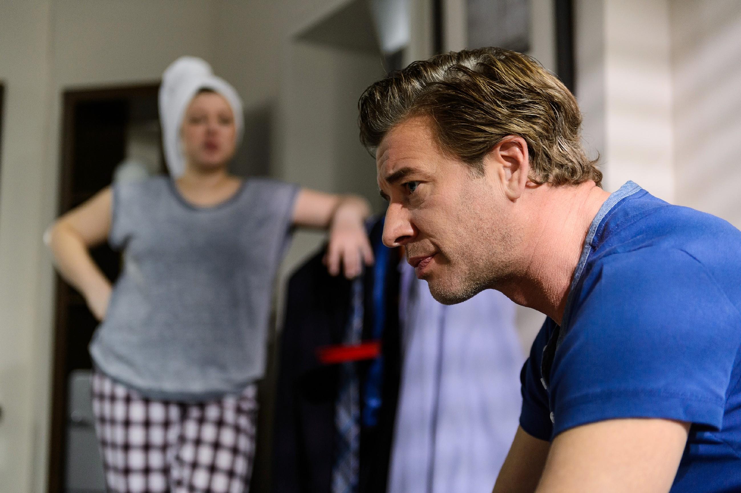 Vanessa (Julia Augustin) möchte sich nach der öffentlichen Demütigung um Jenny kümmern und teilt ihre Sorgen mit Christoph (Lars Korten). (Quelle: RTL / Willi Weber)