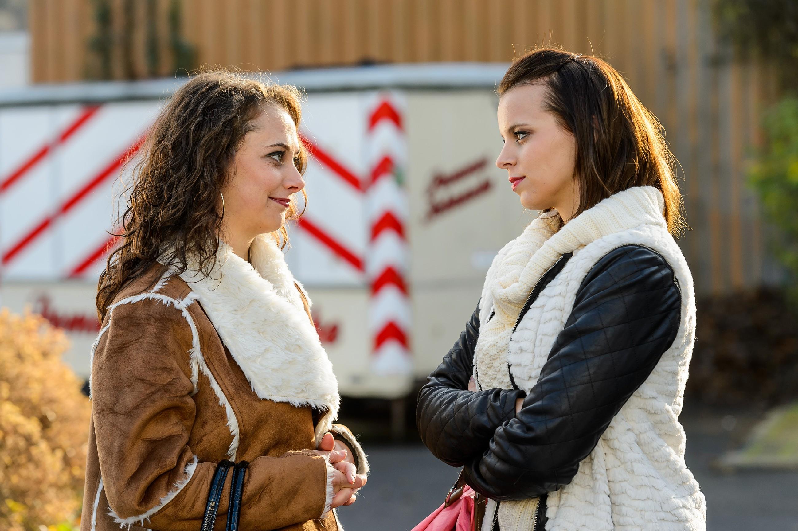 Michelle (Franziska Benz, r.) macht ihrer Mutter ihre Bedenken klar, sollte Carmen (Heike Warmuth) wirklich nach Essen ziehen. (Quelle: RTL / Willi Weber)