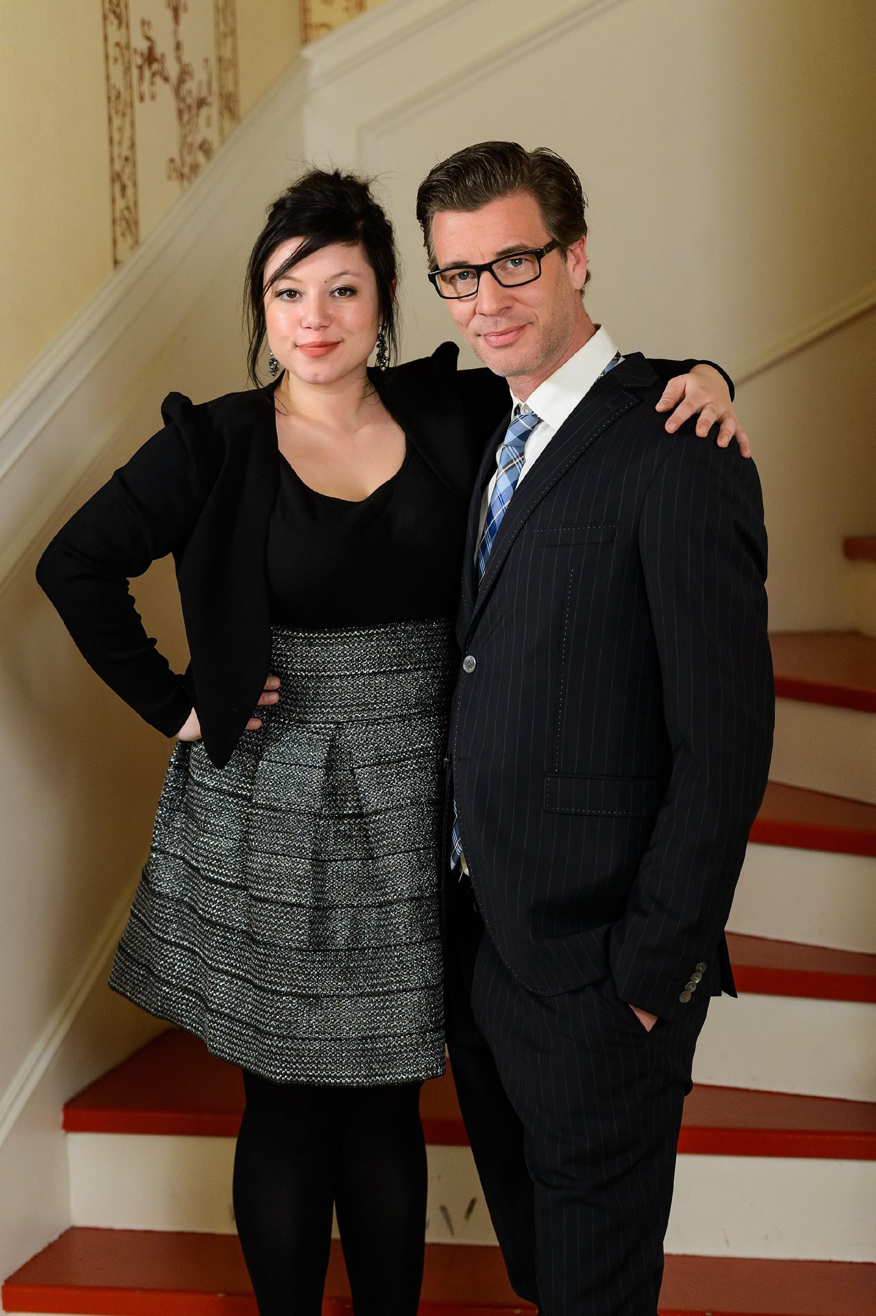 Vanessa (Julia Augustin) und Christoph (Lars Korten) posieren fürs offzielle Verlobungsfoto und genießen ihr Glück. (Quelle: RTL / Willi Weber)