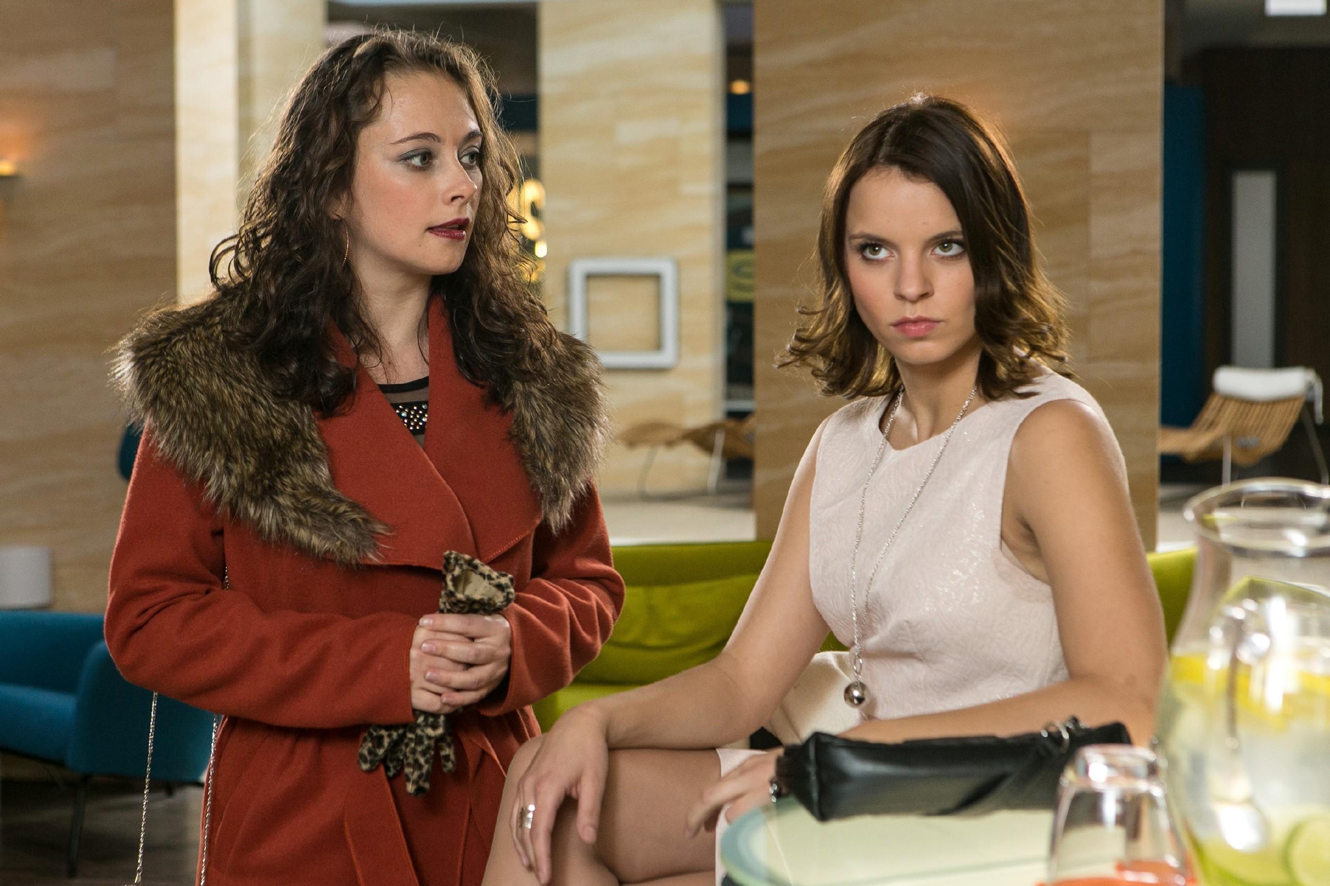 Michelle (Franziska Benz, r.) befürchtet, dass ihre Mutter Carmen (Heike Warmuth) bei dem Empfang Aufsehen erregen könnte. (Quelle: RTL / Kai Schulz)