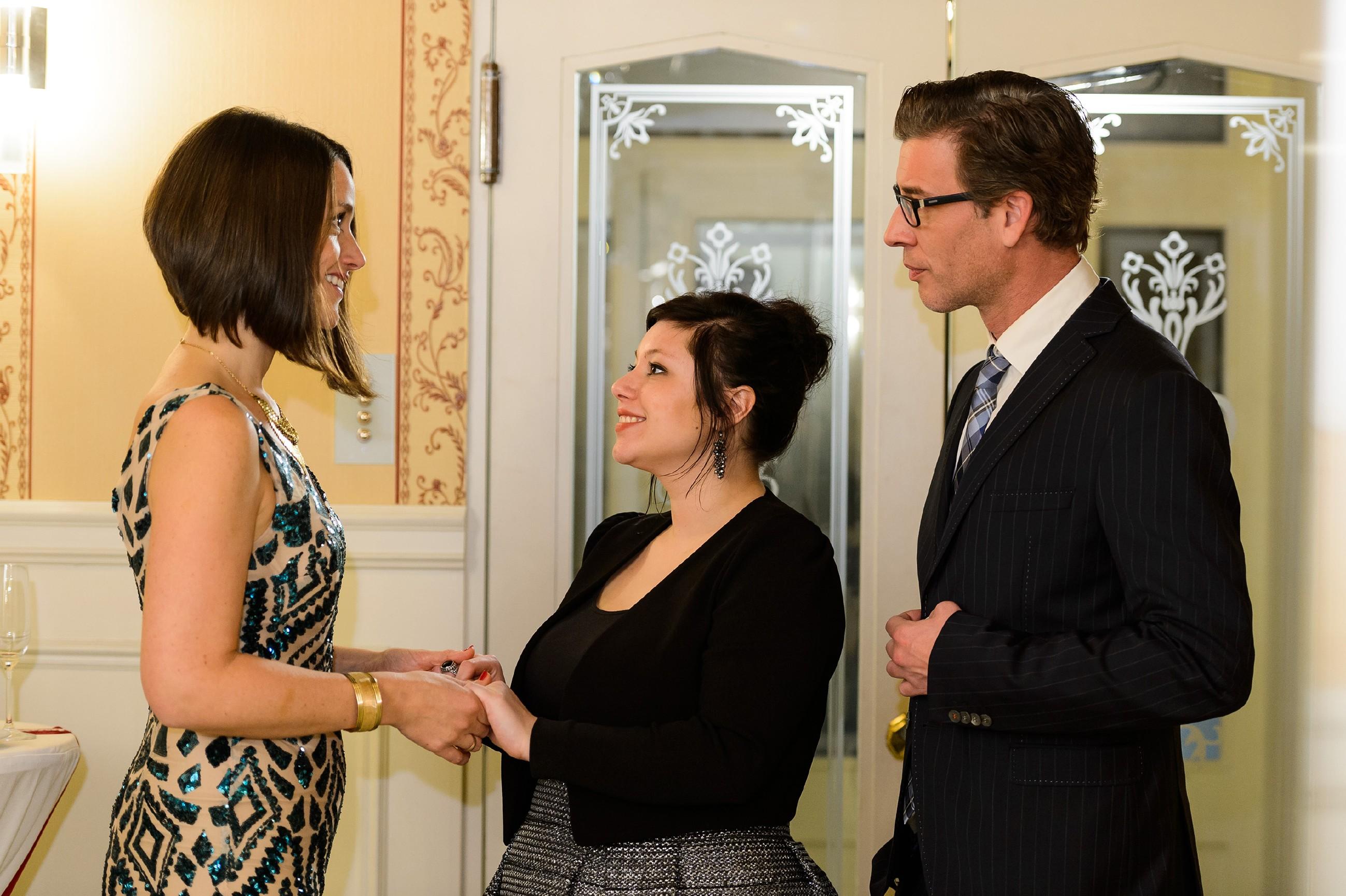 Vanessa (Julia Augustin, M.) ertappt sich nach einem kleinen Fototermin mit Jenny (Kaja Schmidt-Tychsen) und Christoph (Lars Korten) dabei, ihre protzige Verlobungsfeier sogar ein bisschen zu genießen. (Quelle: RTL / Willi Weber)