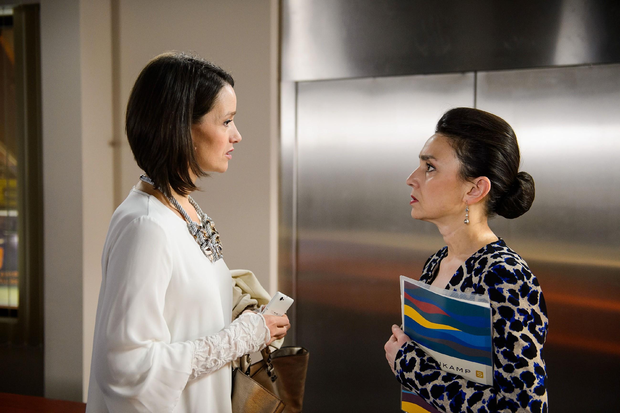 Jenny (Kaja Schmidt-Tychsen, l.) gerät wegen Maries unprofessionellem Verhalten vor Simone (Tatjana Clasing) unter Druck. (Quelle: RTL / Willi Weber)
