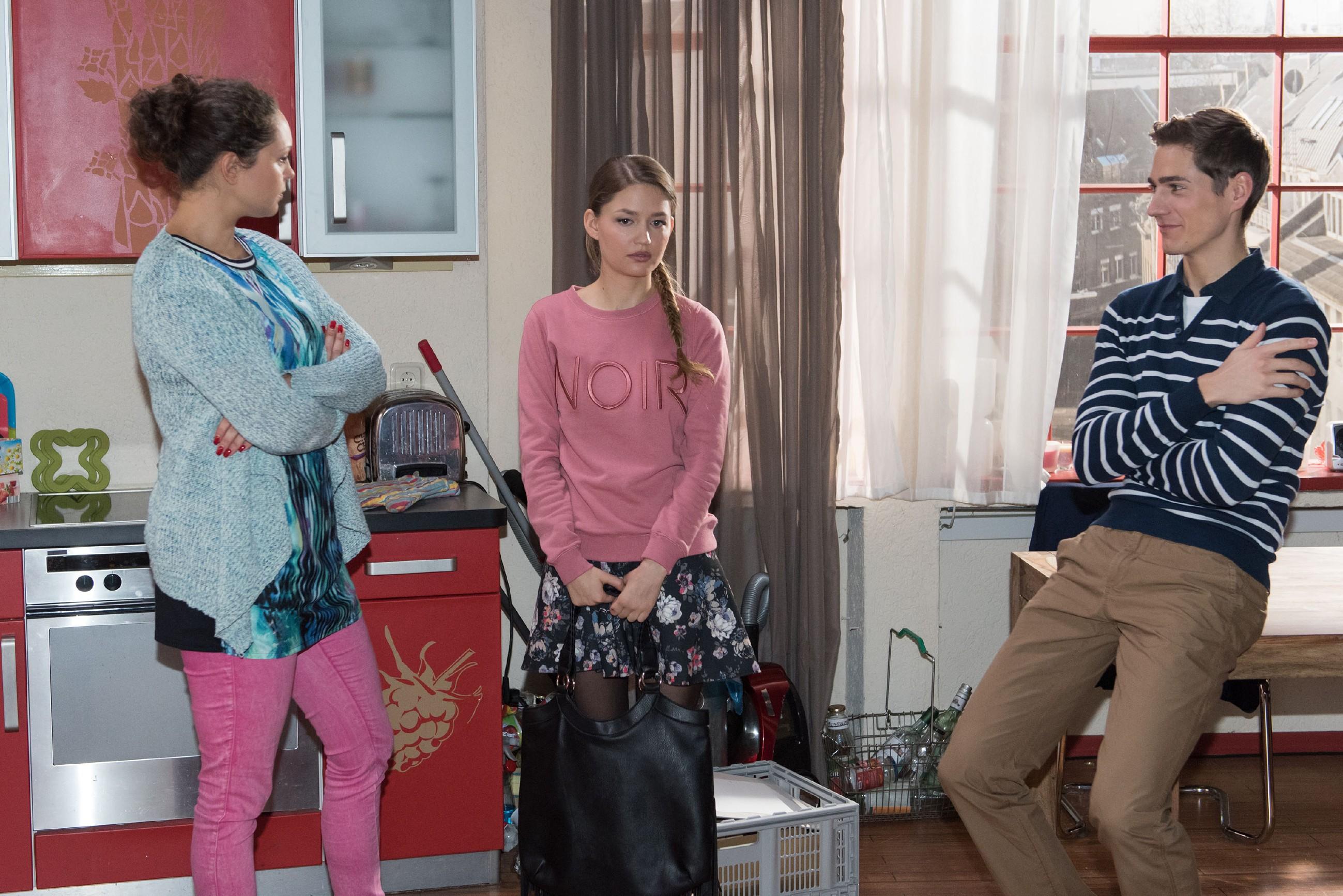 Als Caro (Ines Kurenbach, l.) vor Ringo (Timothy Boldt) ausplaudert, dass Jule (Amrei Haardt) ständig den familiären Kühlschrank plündert, um dem WG-Einkauf zu entkommen, könnte Jule im Erdboden versinken. (Quelle: RTL / Stefan Behrens)