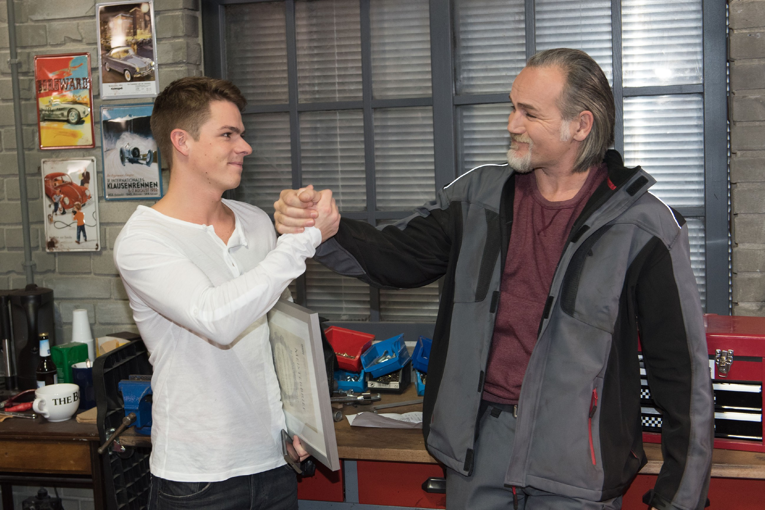 Robert (Luca Maric, r.) freut sich mit Moritz (Marvin Linke), der gerade eine erfreuliche Neuigkeit bezüglich seiner beruflichen Zukunft bekommen hat. (Quelle: RTL / Stefan Behrens)