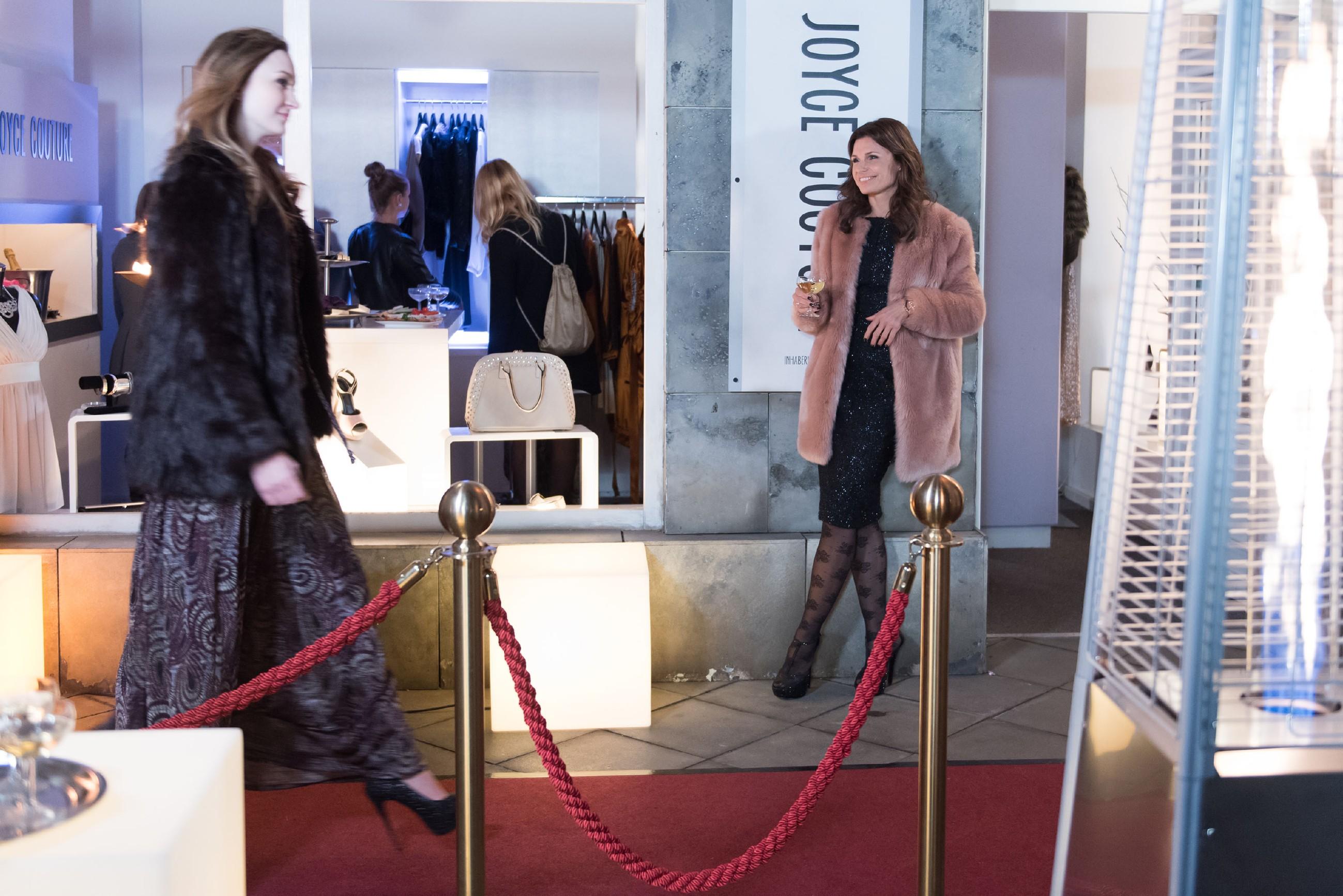Britta (Tabea Heynig, r.) hat Lotta in ihr Zimmer eingesperrt und wickelt nun seelenruhig ihr exklusives Verkaufsevent ab. (Quelle: RTL / Stefan Behrens)