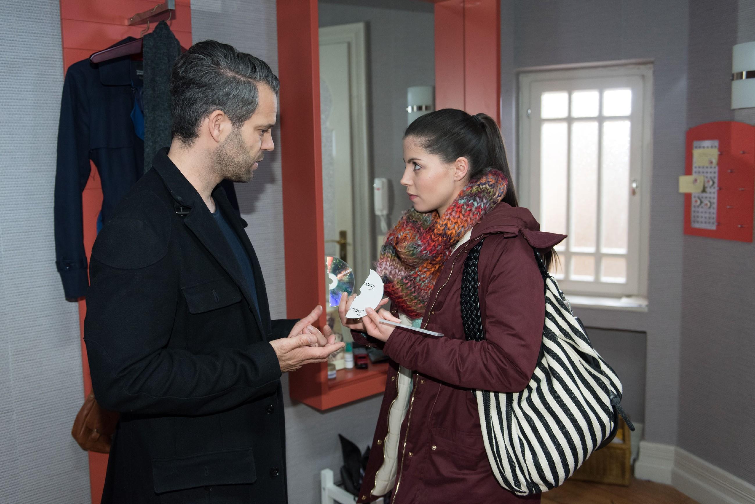 Sina (Valea Katharina Scalabrino) vernichtet zu Tills (Ben Ruedinger) Entsetzen die Beweise gegen Rolf. (Quelle: RTL / Stefan Behrens)
