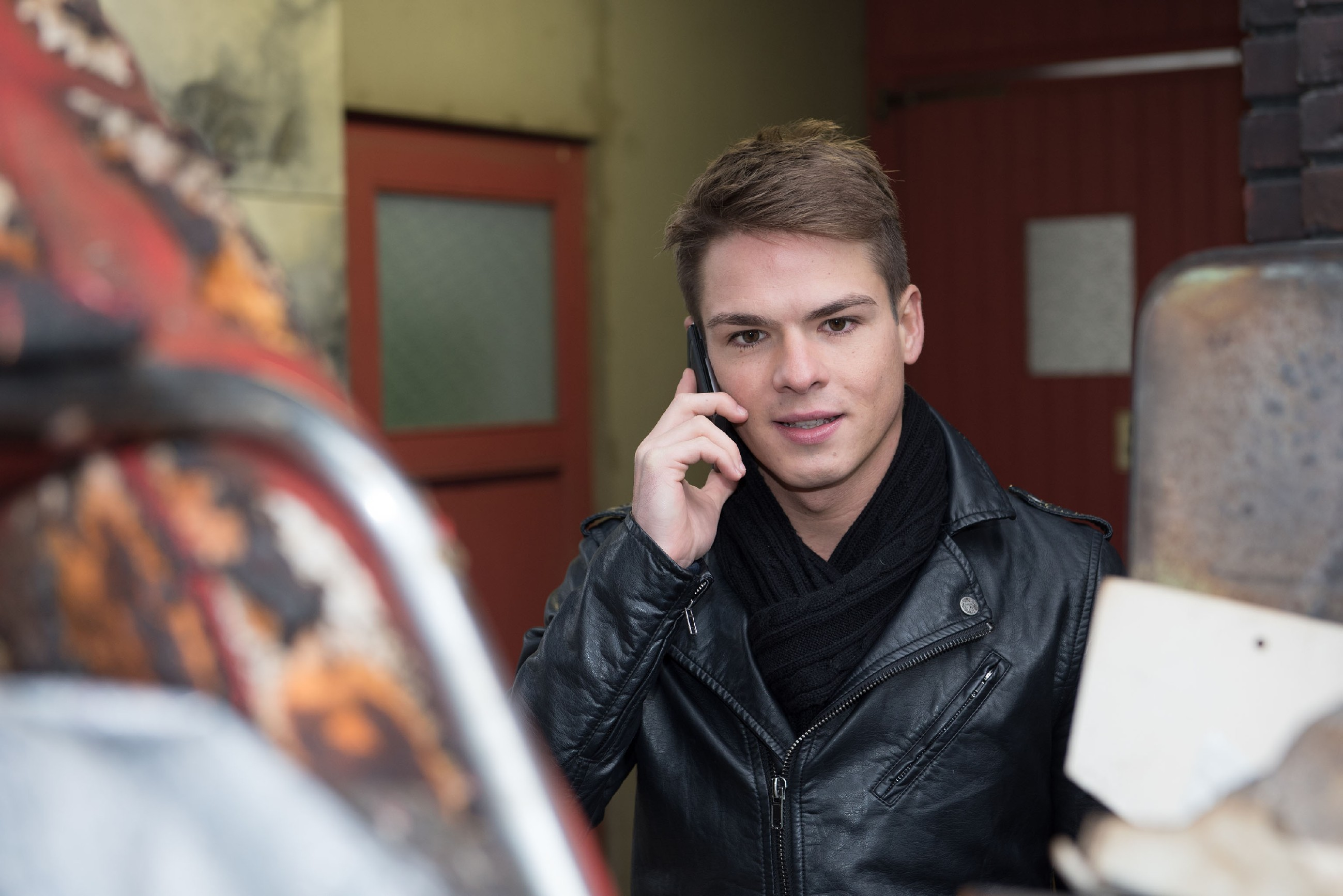 Moritz (Marvin Linke) beschließt, nach vorne zu schauen und die Schillerallee zu verlassen. (Quelle: RTL / Stefan Behrens)