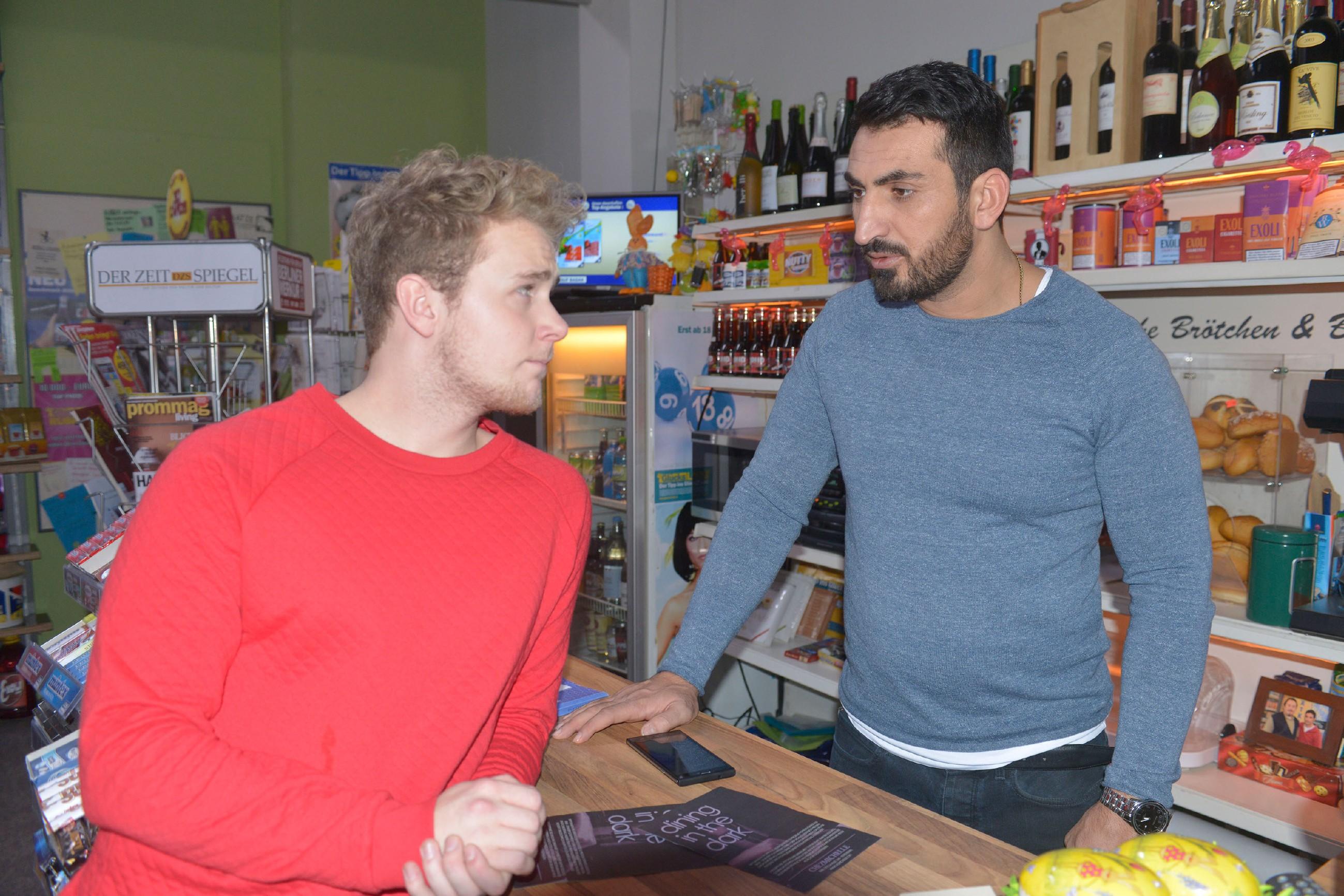 Jonas (Felix van Deventer, l.) bemerkt Mesuts (Mustafa Alin) Nervosität, die offenbar mit seiner Chatpartnerin zu tun hat. (Quelle: RTL / Rolf Baumgartner)