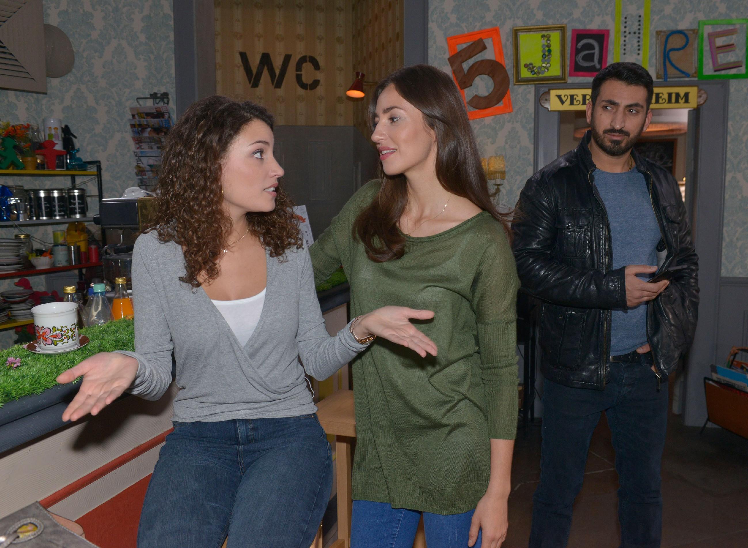 Mesut (Mustafa Alin) schöpft Hoffnung, als er ein Gespräch von Ayla (Nadine Menz, l.) und Elena (Elena Garcia Gerlach) belauscht und so erfährt, dass Ayla über das unerklärliche Abtauchen ihres anonymen Verehrers enttäuscht ist. (Quelle: RTL / Rolf Baumgartner)