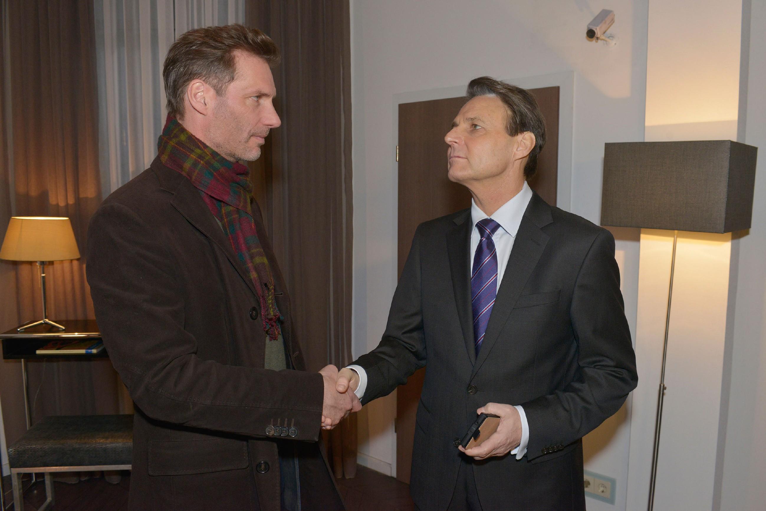 Während Gerner (Wolfgang Bahro, r.) glaubt, dass sein ehemaliger Freund und Mitarbeiter seine Lektion gelernt hat, geht Alexander (Clemens Löhr) nur scheinbar auf Gerner ein. (Quelle: RTL / Rolf Baumgartner)