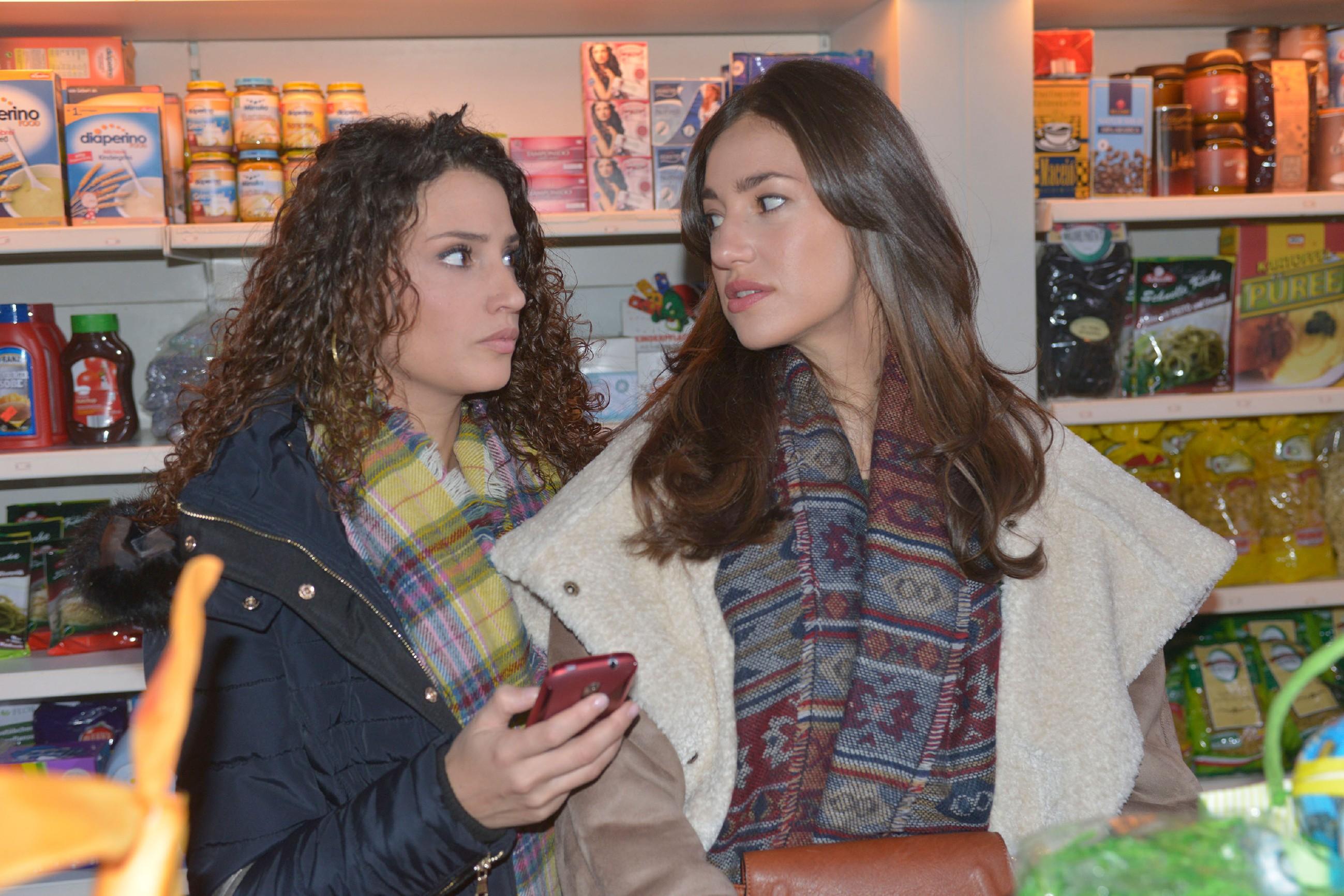Ayla (Nadine Menz, l.) erzählt Elena (Elena Garcia Gerlach) von ihrem Verdacht bezüglich ihres Chatpartners. (Quelle: RTL / Rolf Baumgartner)