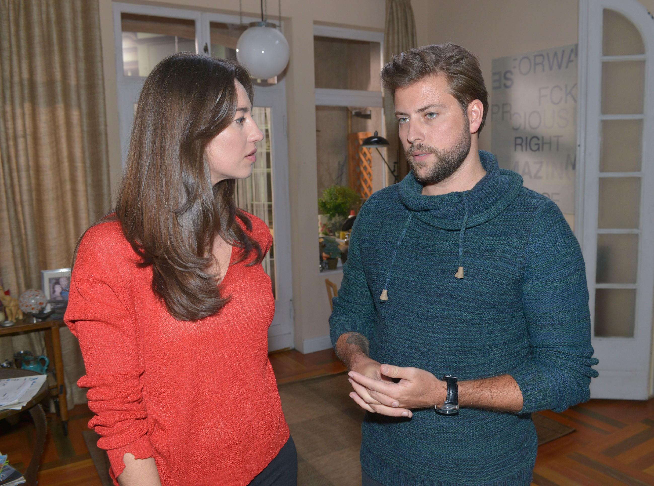 Elena (Elena Garcia Gerlach) und John (Felix von Jascheroff) hoffen, dass Tuner alle Brücken zu Lotta abreißen wird. (Quelle: RTL / Rolf Baumgartner)