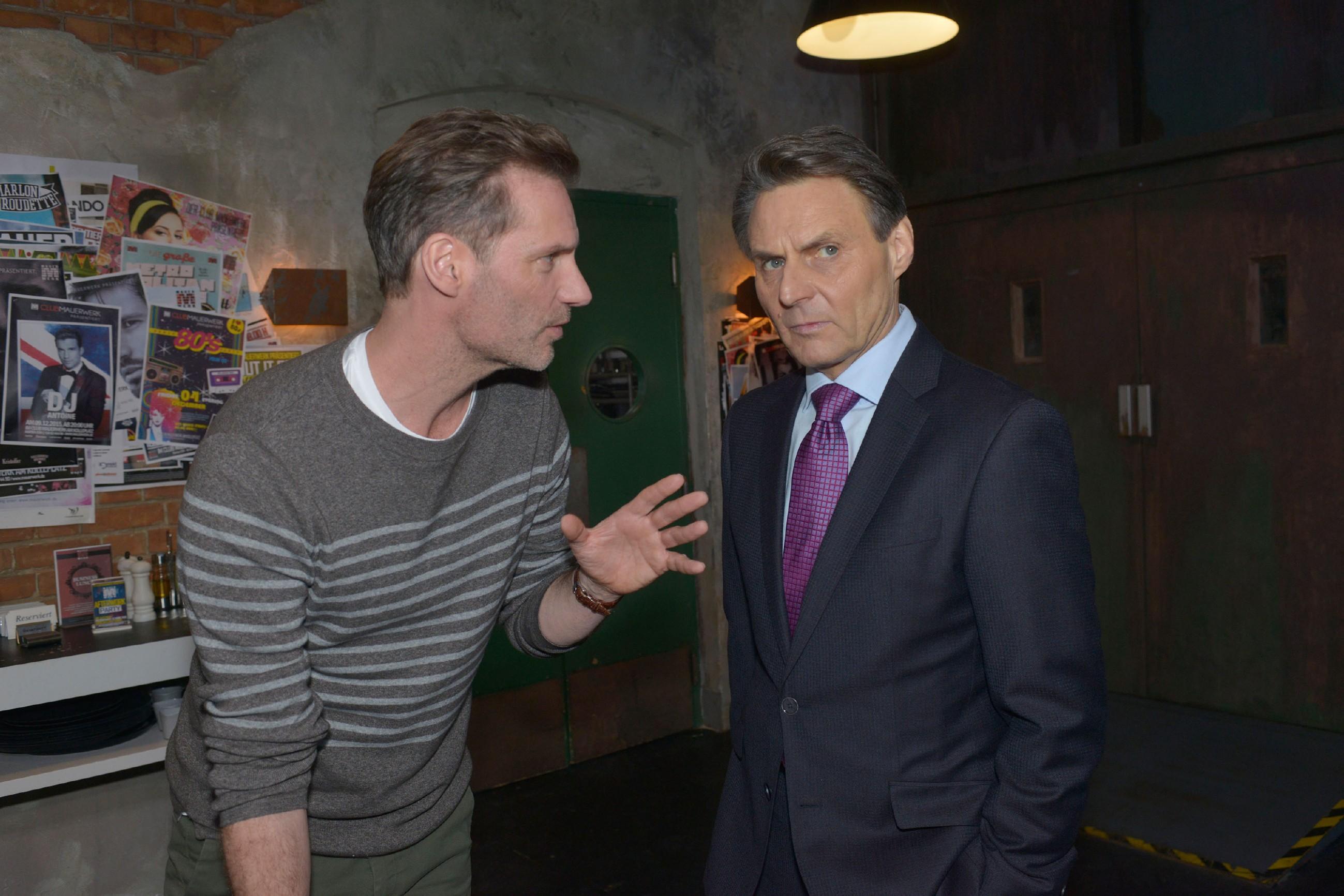 Als Alexander (Clemens Löhr, l.) Gerner (Wolfgang Bahro) mit den Folgen von Davids Überfall konfrontiert, kommt es zwischen den ehemaligen Freunden zum Eklat... (Quelle: RTL / Rolf Baumgartner)