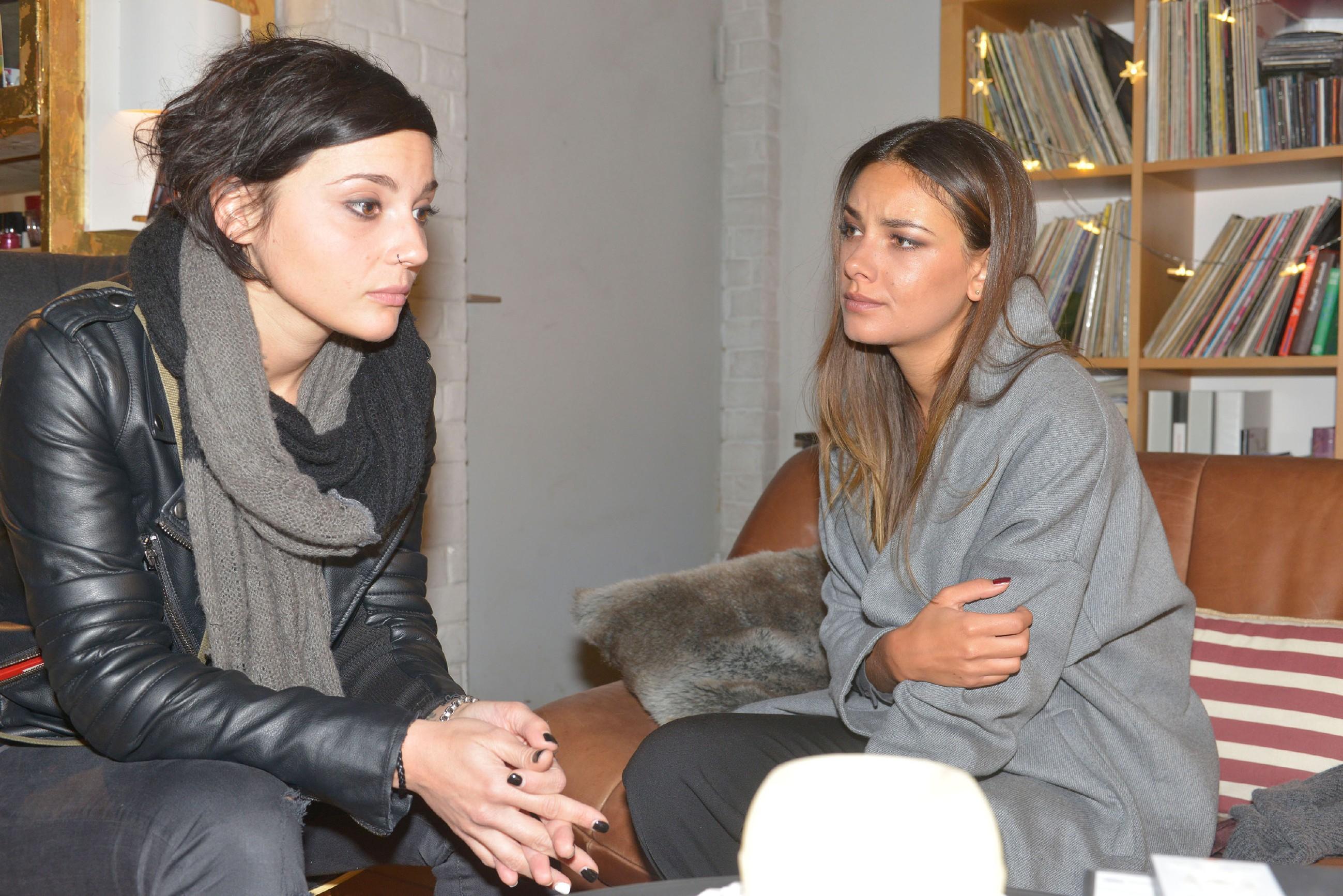 Jasmin (Janina Uhse, r.) hat sich von allen abgeschottet und lässt nur Annis (Linda Marlen Runge) Nähe zu. (RTL / Rolf Baumgartner)