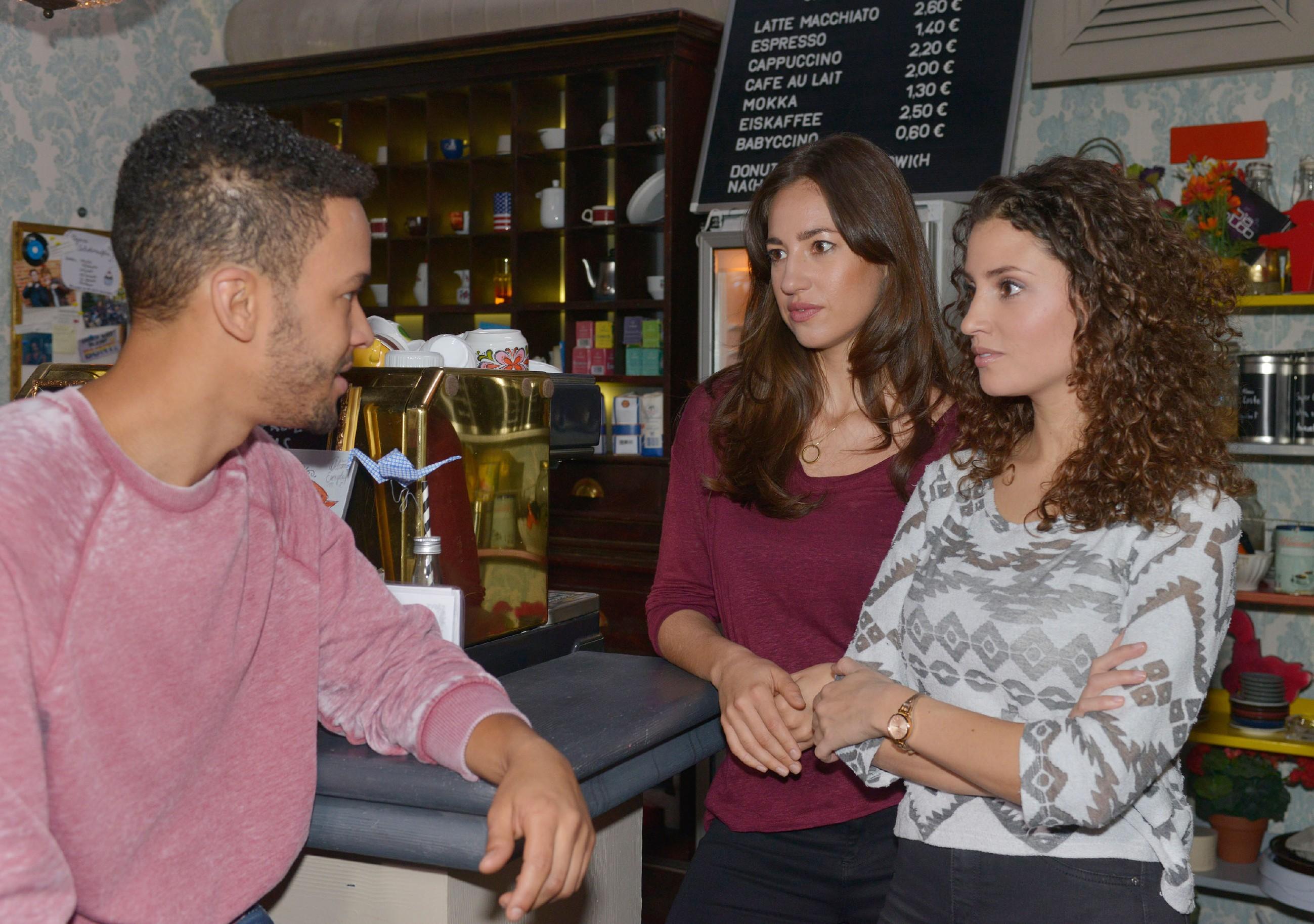 Amar (Thando Walbaum), Elena (Elena Garcia Gerlach) und Ayla (Nadine Menz, r.) sind nach Jasmins verzweifeltem Ausbruch voller Mitgefühl und fragen sich, wie sie ihr helfen könnten. (RTL / Rolf Baumgartner)