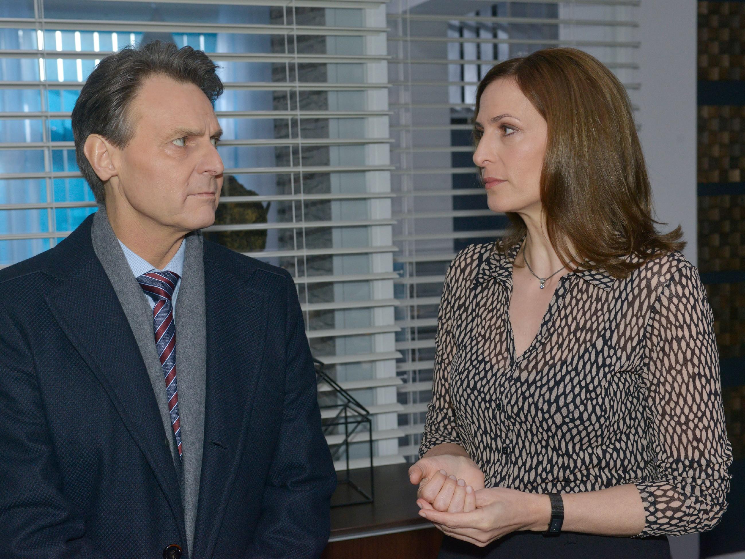 Katrin (Ulrike Frank) hat von den dramatischen Ereignissen um ihre Tochter erfahren und bittet Gerner (Wolfgang Bahro), ihr bei der Suche nach Jasmin zu helfen. (RTL / Rolf Baumgartner)