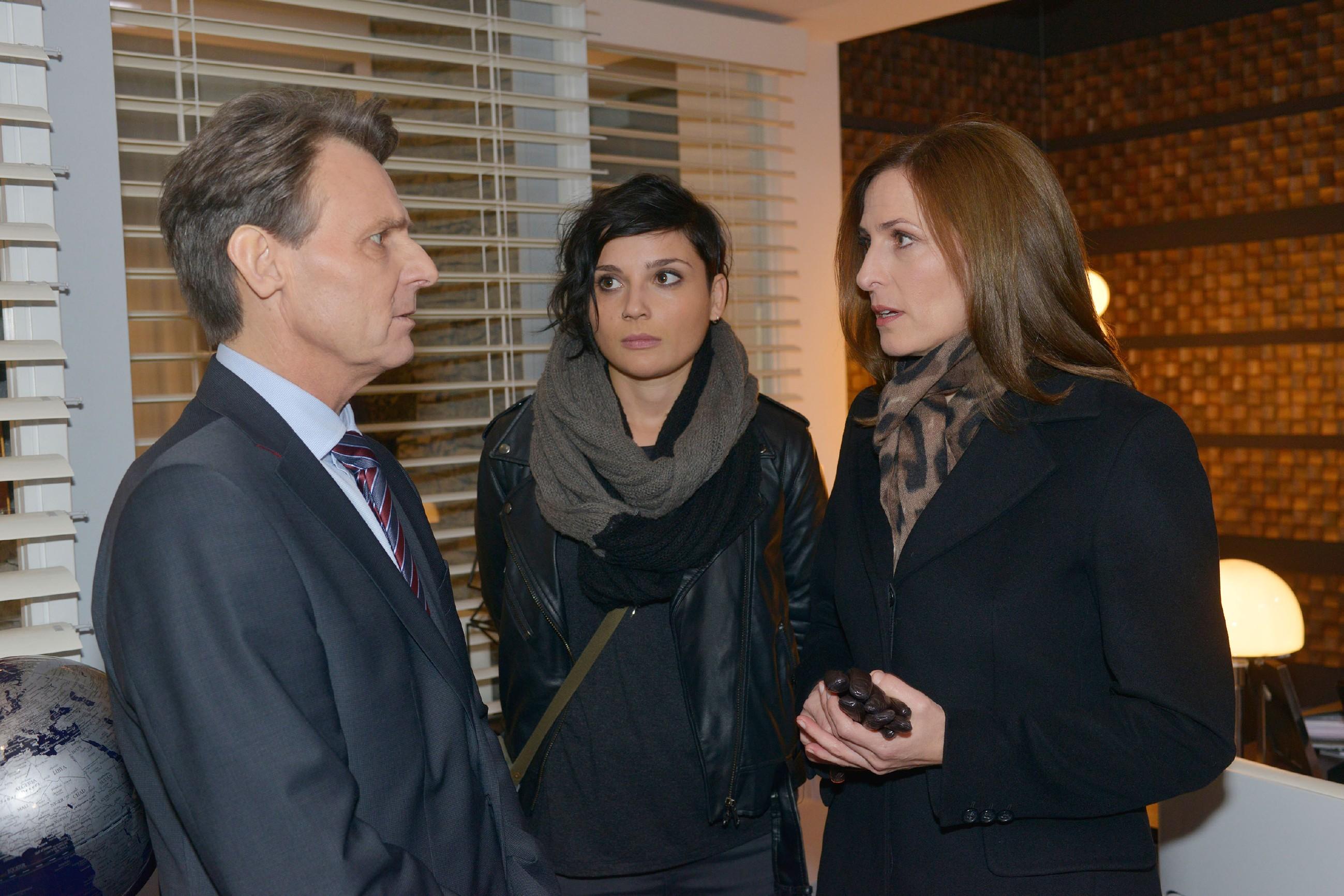 Gerner (Wolfgang Bahro), Anni (Linda Marlen Runge, M.) und Katrin (Ulrike Frank) befürchten, dass Jasmin es nicht verkraftet, dass nun alle Welt von ihrem dunklen Geheimnis weiß. (RTL / Rolf Baumgartner)