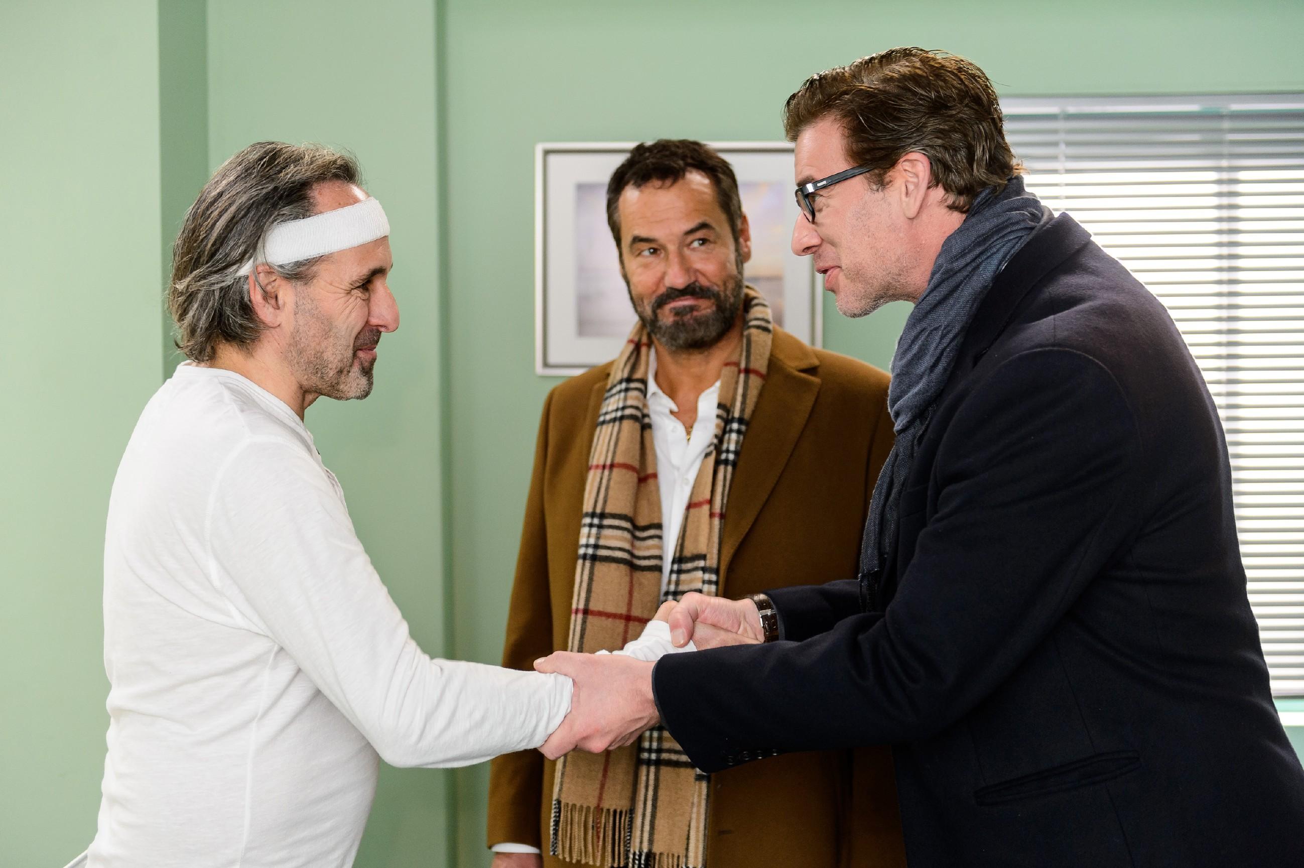 Richard (Silvan-Pierre Leirich) und Christoph (Lars Korten, r.) erfahren im Krankenhaus von Johann (Holger Christian Gotha), dass für ihn die Verlobung mit Isabelle feststeht. (Quelle: RTL / Willi Weber)