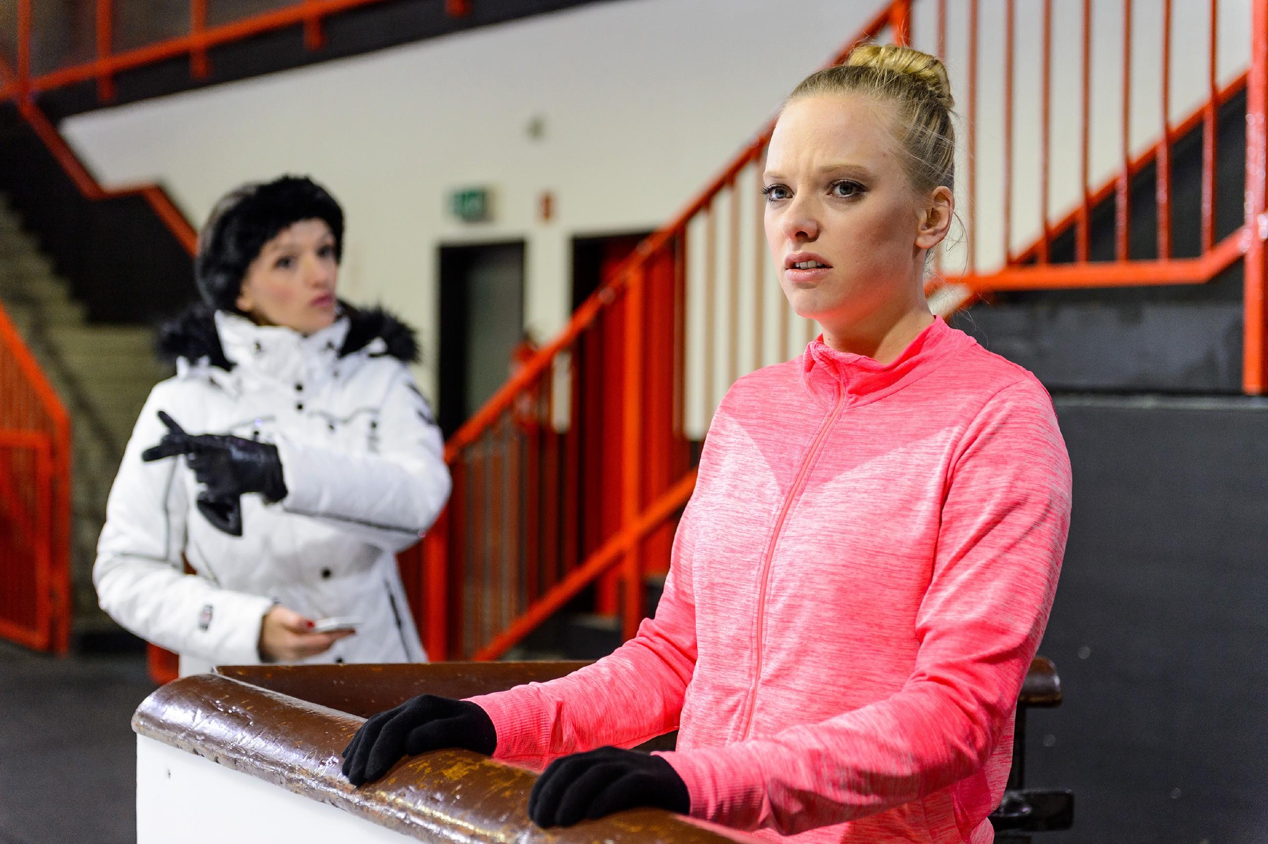Obwohl Jenny (Kaja Schmidt-Tychsen, l.) sie dazu zwingen will, wieder aufs Eis zu gehen, bricht Marie (Judith Neumann) aufgewühlt ihr Training ab. (Quelle: RTL / Willi Weber)