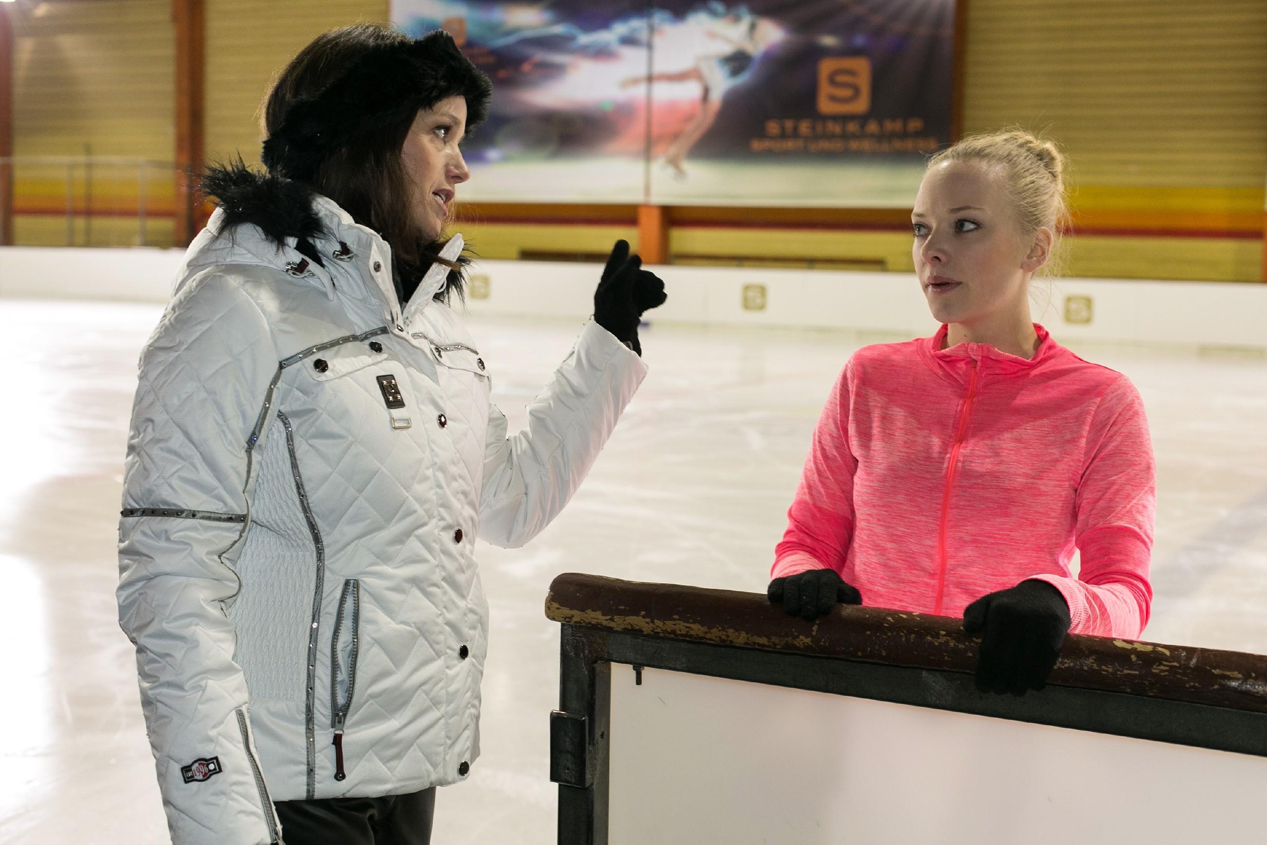Jenny (Kaja Schmidt-Tychsen, l.) will Marie (Judith Neumann) für die Deutsche Meisterschaft fit machen. (Quelle: RTL / Kai Schulz)