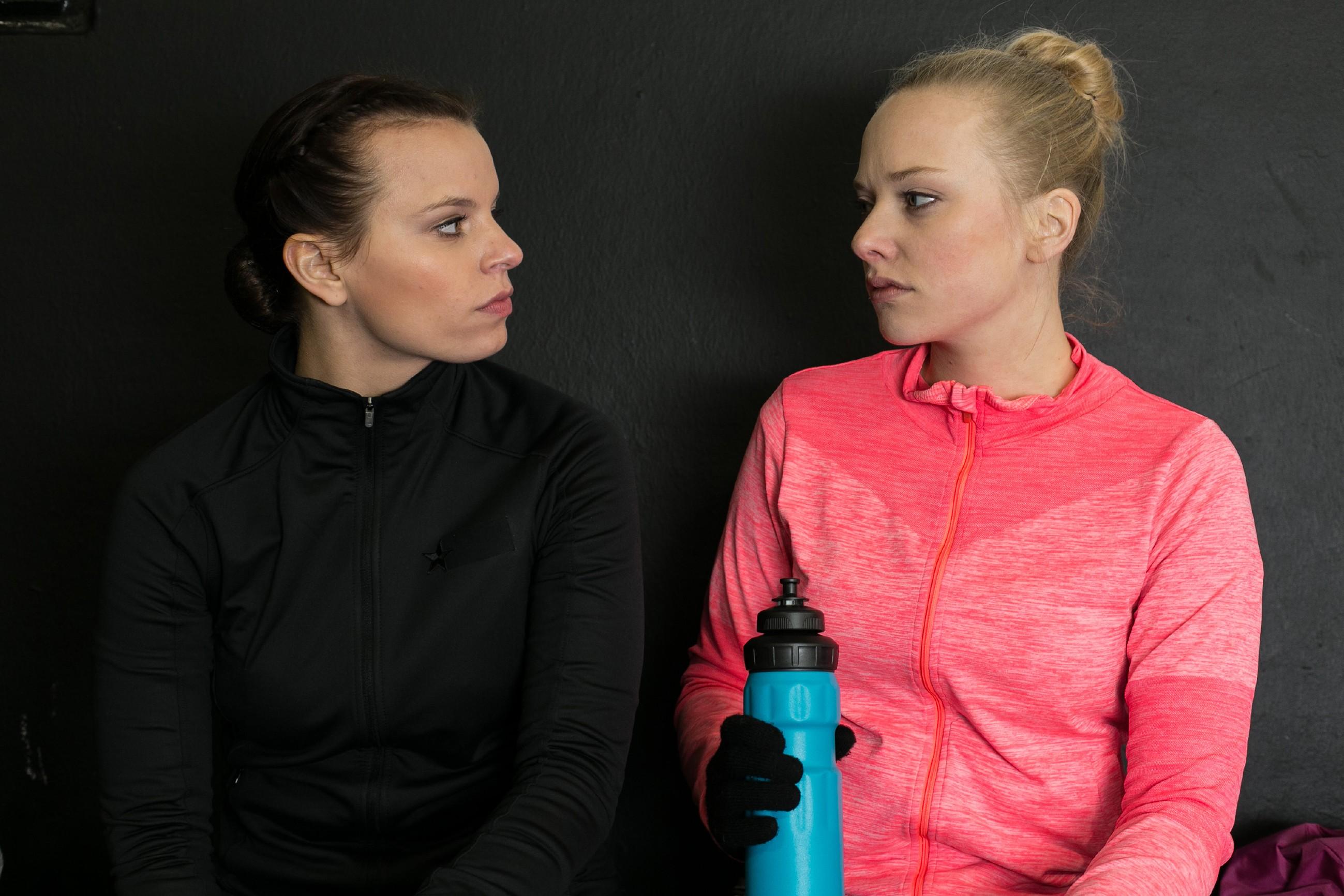 In ihrem Frust steckt Michelle (Franziska Benz, l.) Marie (Judith Neumann), dass sie mit Leo geschlafen hat... (Quelle: RTL / Kai Schulz)