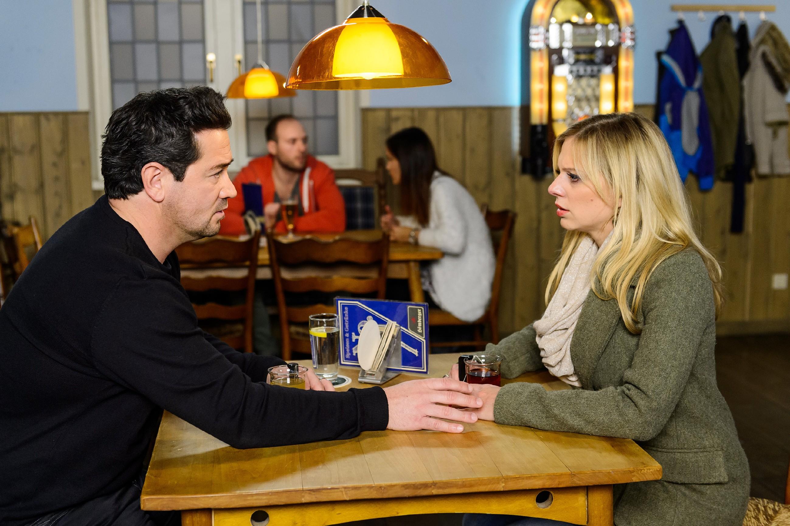 Als Lena (Juliette Greco) sich auf ein Treffen mit Marian (Sam Eisenstein) einlässt, schöpft dieser Hoffnung, dass Lena bereit ist, um ihre Ehe zu kämpfen. Umso enttäuschter ist er, dass Lena weiterhin auf Abstand bleiben will... (Quelle: RTL / Willi Weber)