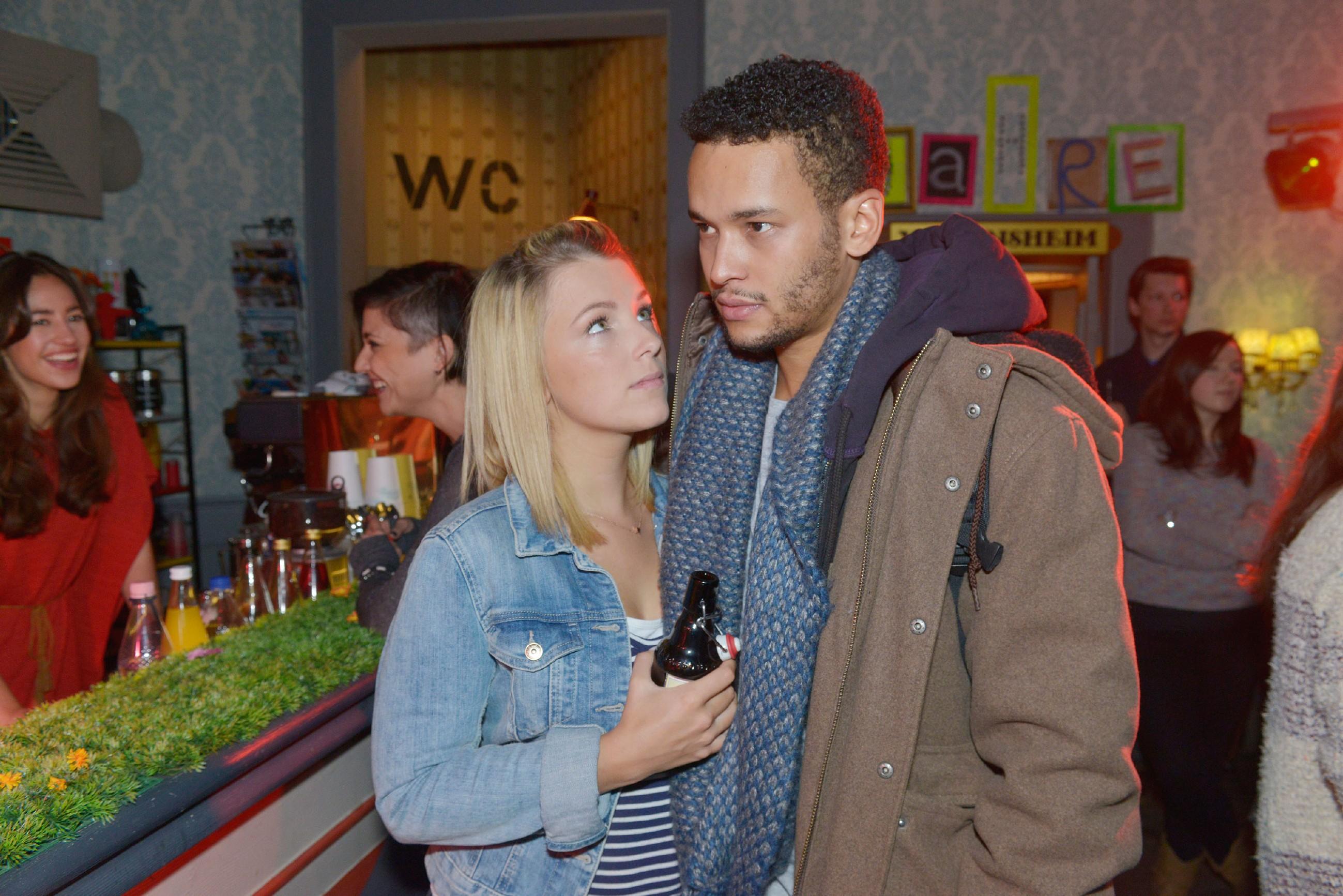 Lillys (Iris Mareike Steen) Wiedersehen mit Amar (Thando Walbaum) wird von einer Nachricht aus Mali überschattet: Eine totgeglaubte Verwandte benötigt dringend Geld für eine OP... (Quelle: RTL / Rolf Baumgartner)