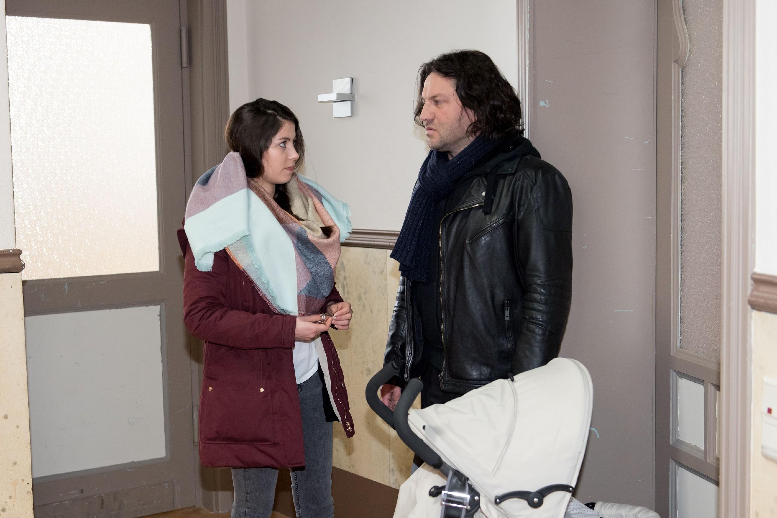 Um Sina (Valea Katharina Scalabrino) nicht noch mehr zu belasten, verschweigt Rolf (Stefan Franz) ihr seinen wahren Gesundheitszustand. (Quelle: RTL / Stefan Behrens)
