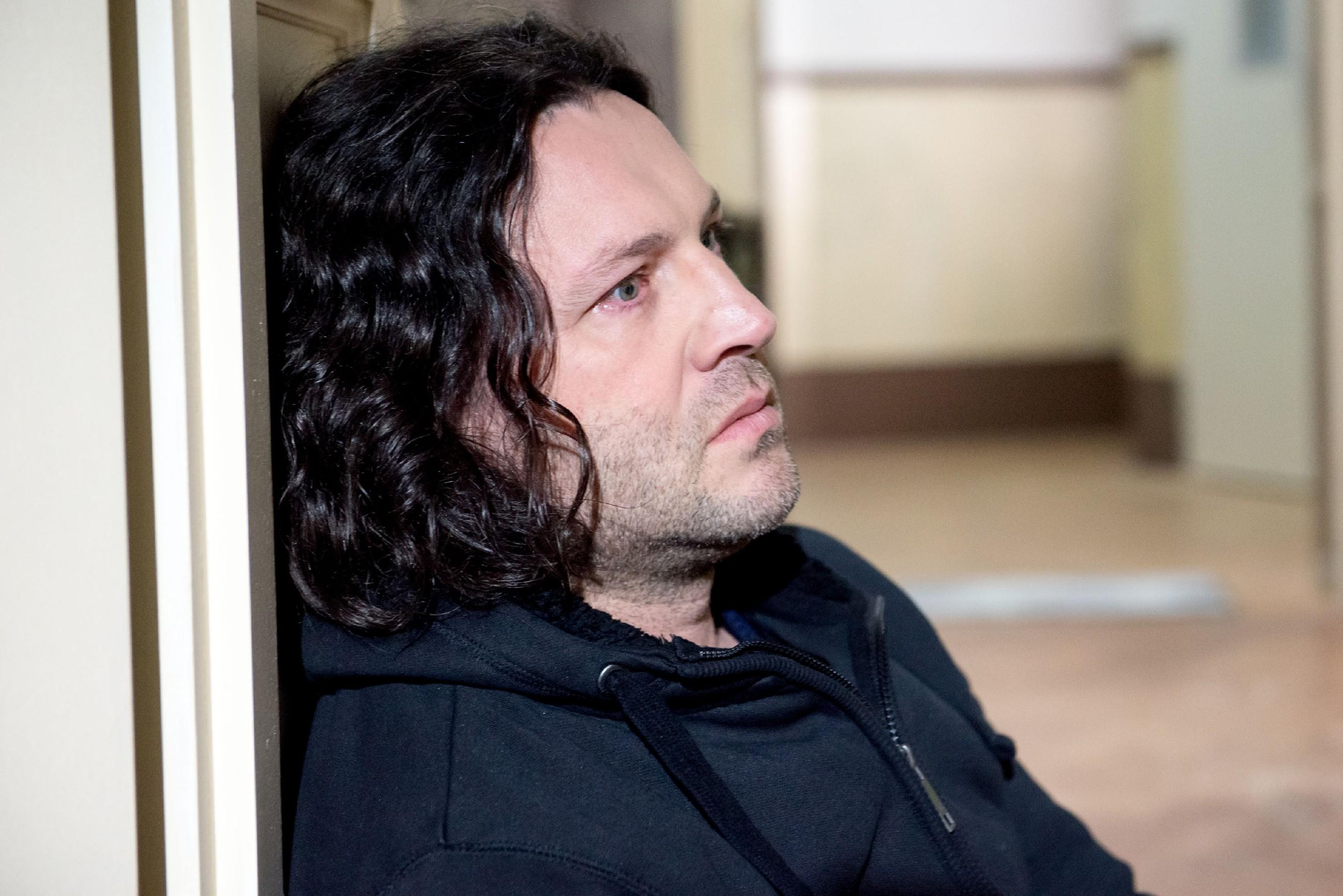 Rolf (Stefan Franz) bricht verzweifelt unter der Last der schockierenden Diagnose zusammen... (Quelle: RTL / Stefan Behrens)