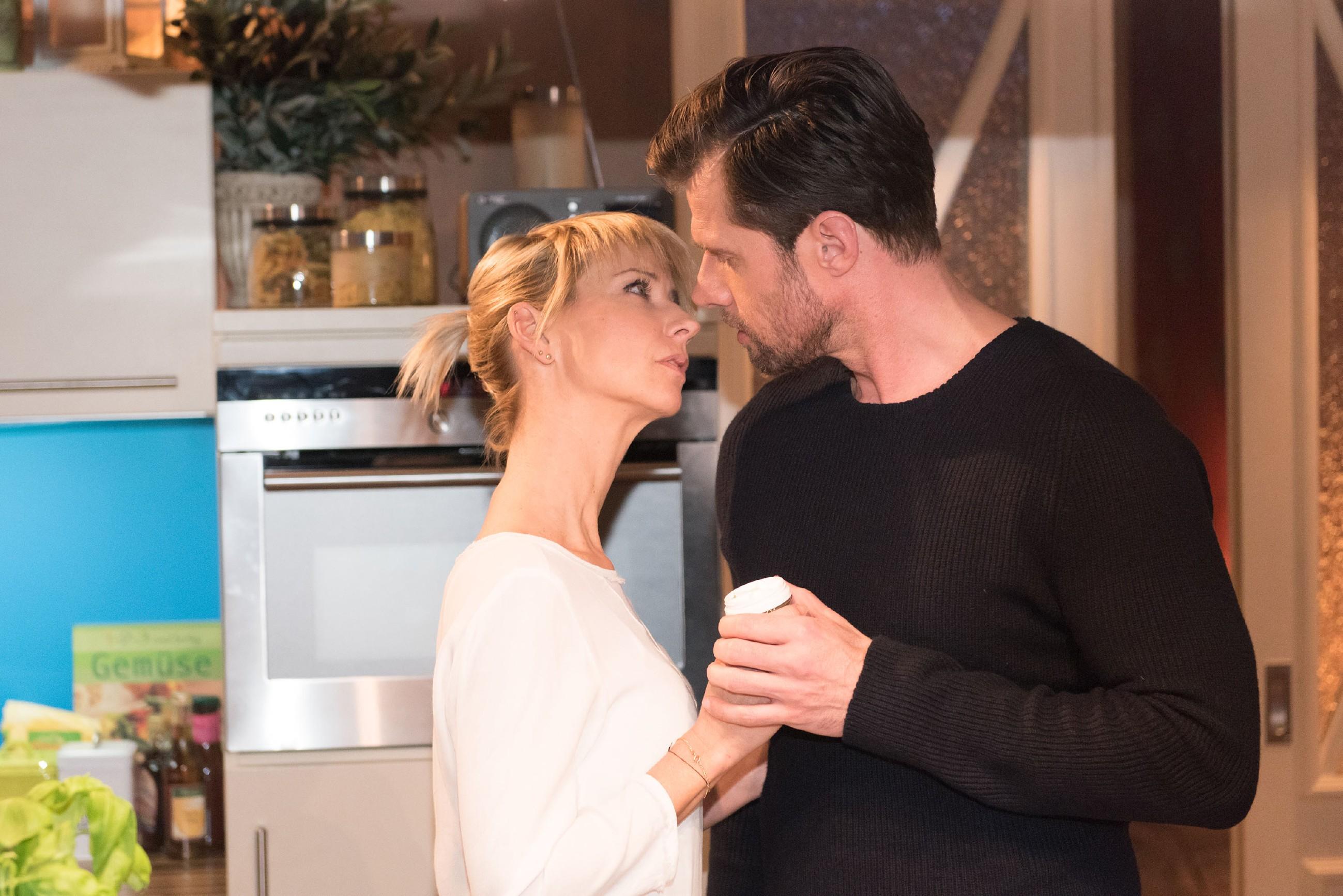 In entspannter und vertrauter Stimmung kommt es zu einem zaghaften Kuss zwischen Ute (Isabell Hertel) und Henning (Benjamin Kiss)... (Quelle: RTL / Stefan Behrens)