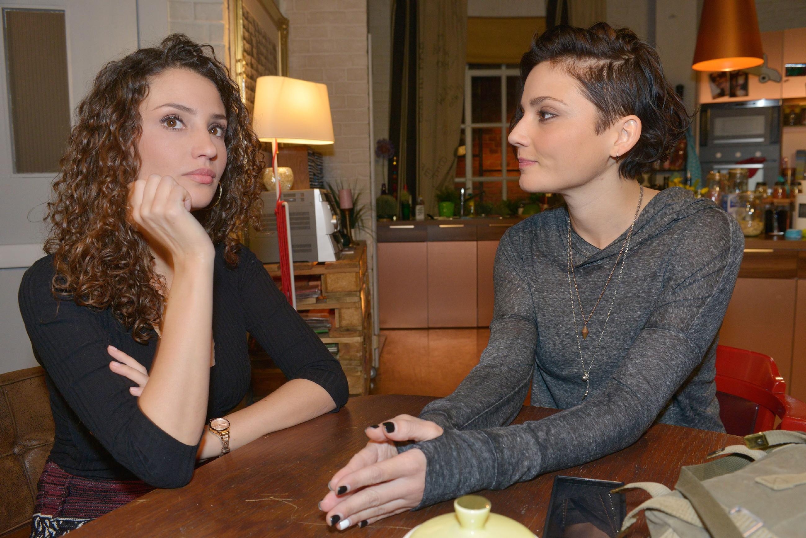 Tayfun (Tayfun Baydar) und Emily (Anne Menden) erkennen entsetzt, dass sie von Kate auf dem Balkon in der Kälte ausgesperrt wurden. (Quelle: RTL / Rolf Baumgartner)