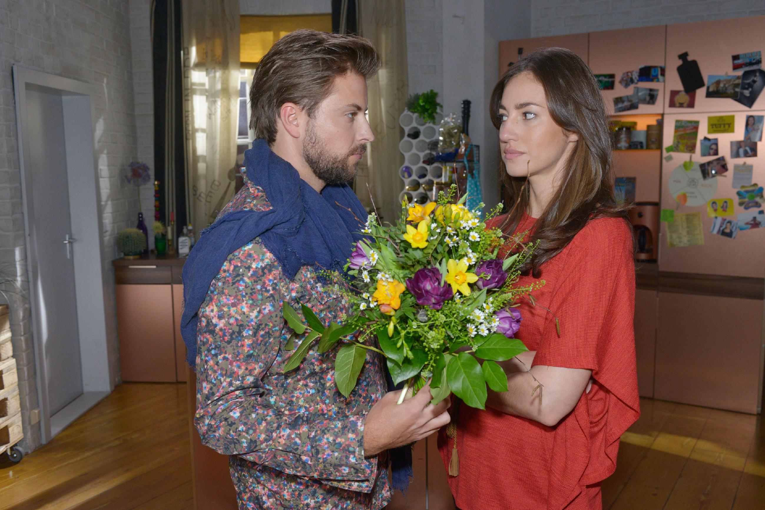 Elena (Elena Garcia Gerlach) kann sich Johns (Felix von Jascheroff) charmanten Versöhnungsversuchen nicht lange erwehren und verzeiht ihm unter der Bedingung, dass er sich nicht mehr im Vereinsheim einmischt. (Quelle: RTL / Rolf Baumgartner)