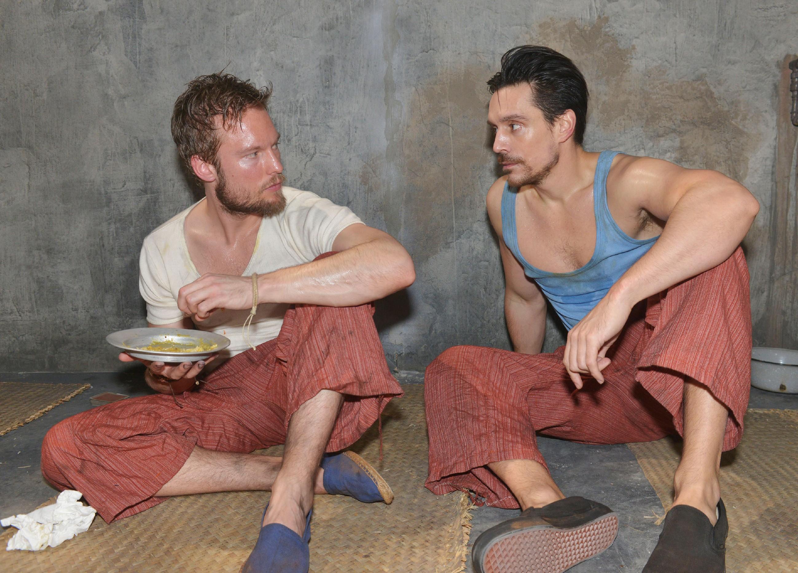 In David (Philipp Christopher, r.) steigt die Hoffnung auf ein Telefonat mit Gerner, als er mitbekommt, dass sein Zellengenosse Tommy Zürner (Marc Bluhm) ein Handy hat. (Quelle: RTL / Rolf Baumgartner)