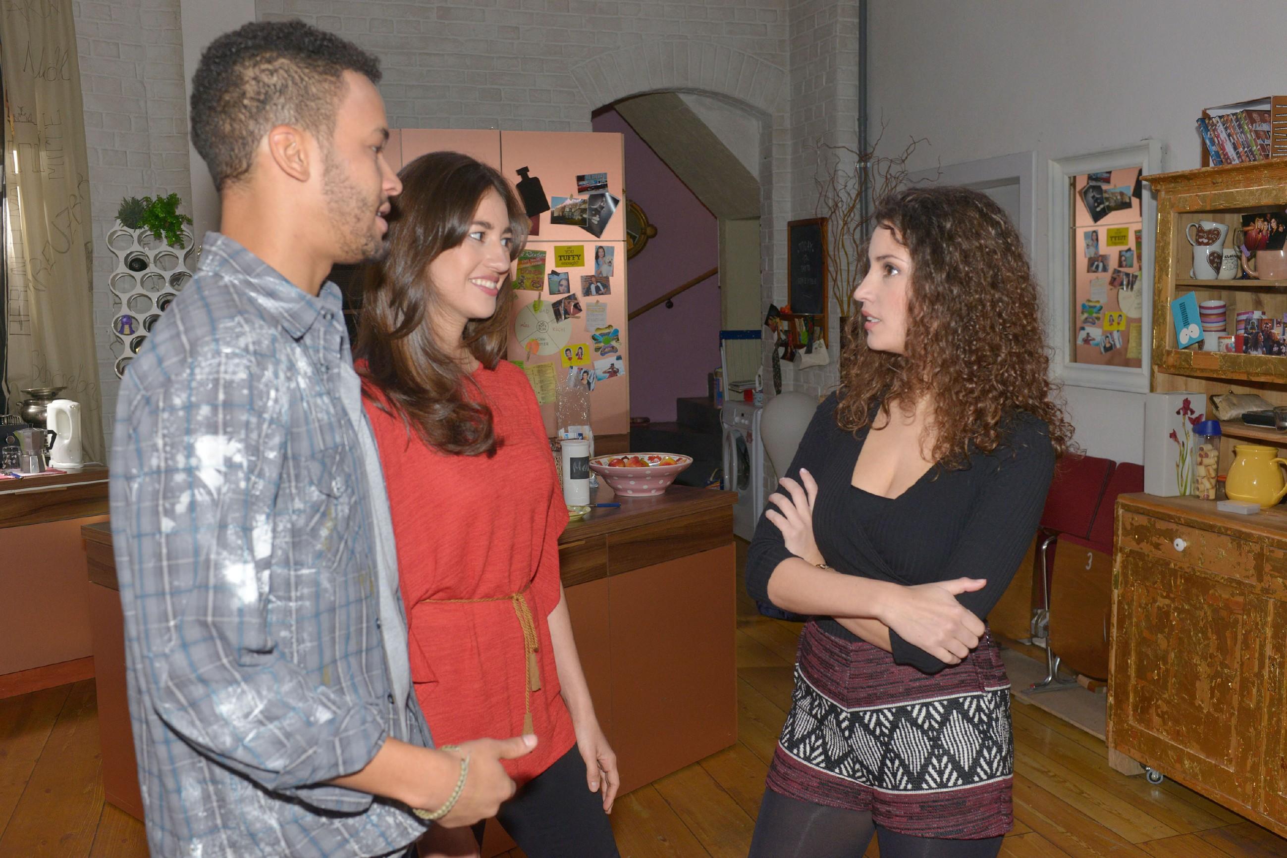 Amar (Thando Walbaum) und Elena (Elena Garcia Gerlach) sind der Meinung, dass Ayla (Nadine Menz, r.) mit Selma zu streng ist. (Quelle: RTL / Rolf Baumgartner)