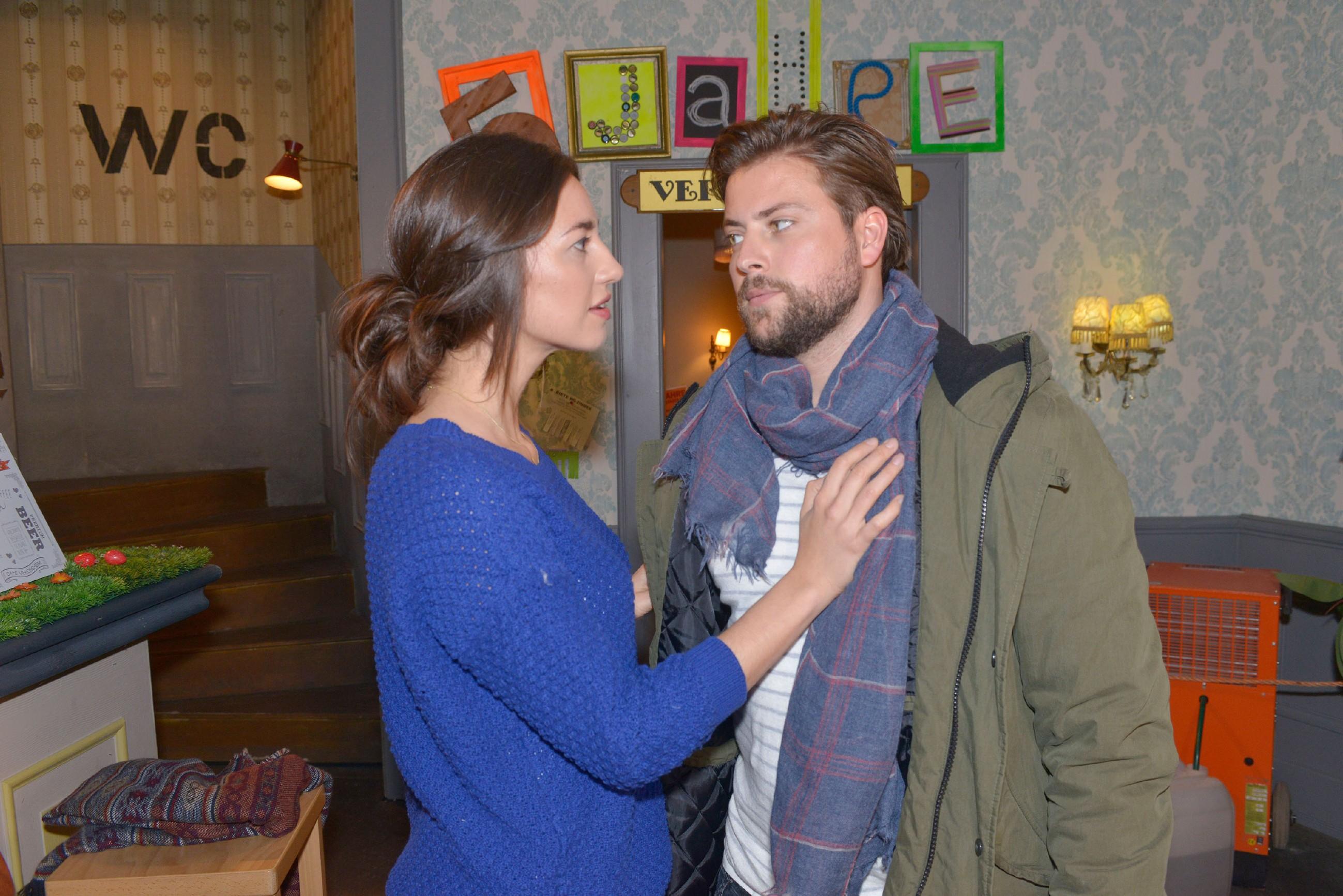 Elena (Elena Garcia Gerlach) fühlt sich von John (Felix von Jascheroff) als Geschäftsfrau nicht ernst genommen. (Quelle: RTL / Rolf Baumgartner)