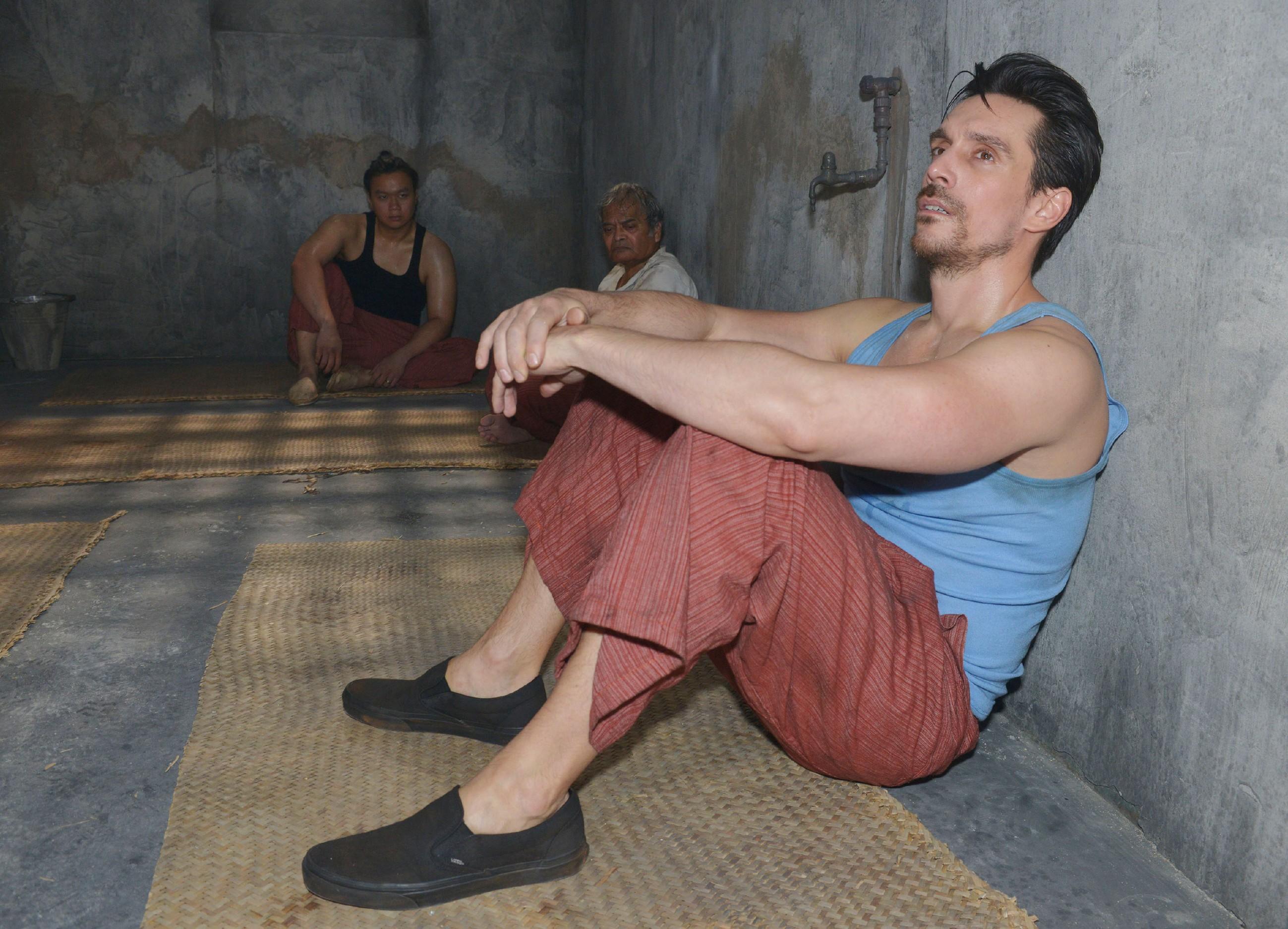 Nachdem er wegen Drogenschmuggels festgenommen wurde, beginnt für David (Philipp Christopher) im Knast von Malaysia die Hölle... (Quelle: RTL / Rolf Baumgartner)