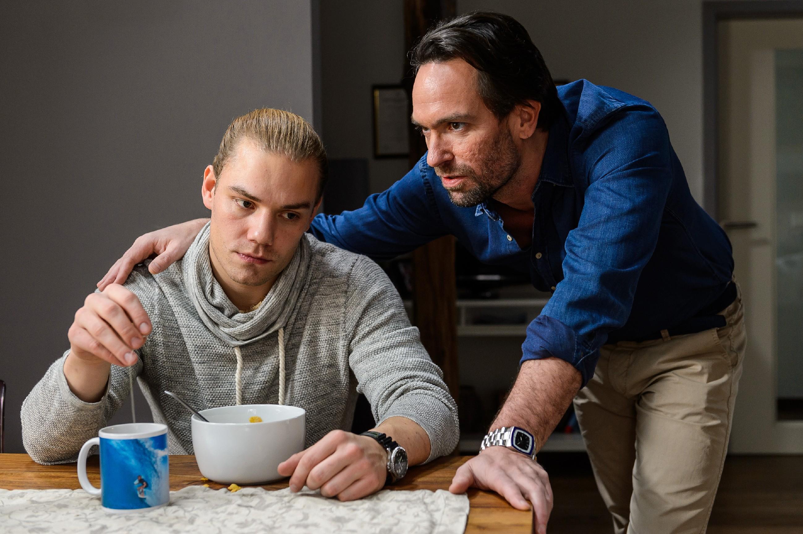 Leo (Julian Bayer, l.) wird von Thomas (Daniel Brockhaus) vor Augen geführt, dass er sich in Sachen Marie selbst im Weg steht. (Quelle: RTL / Willi Weber)