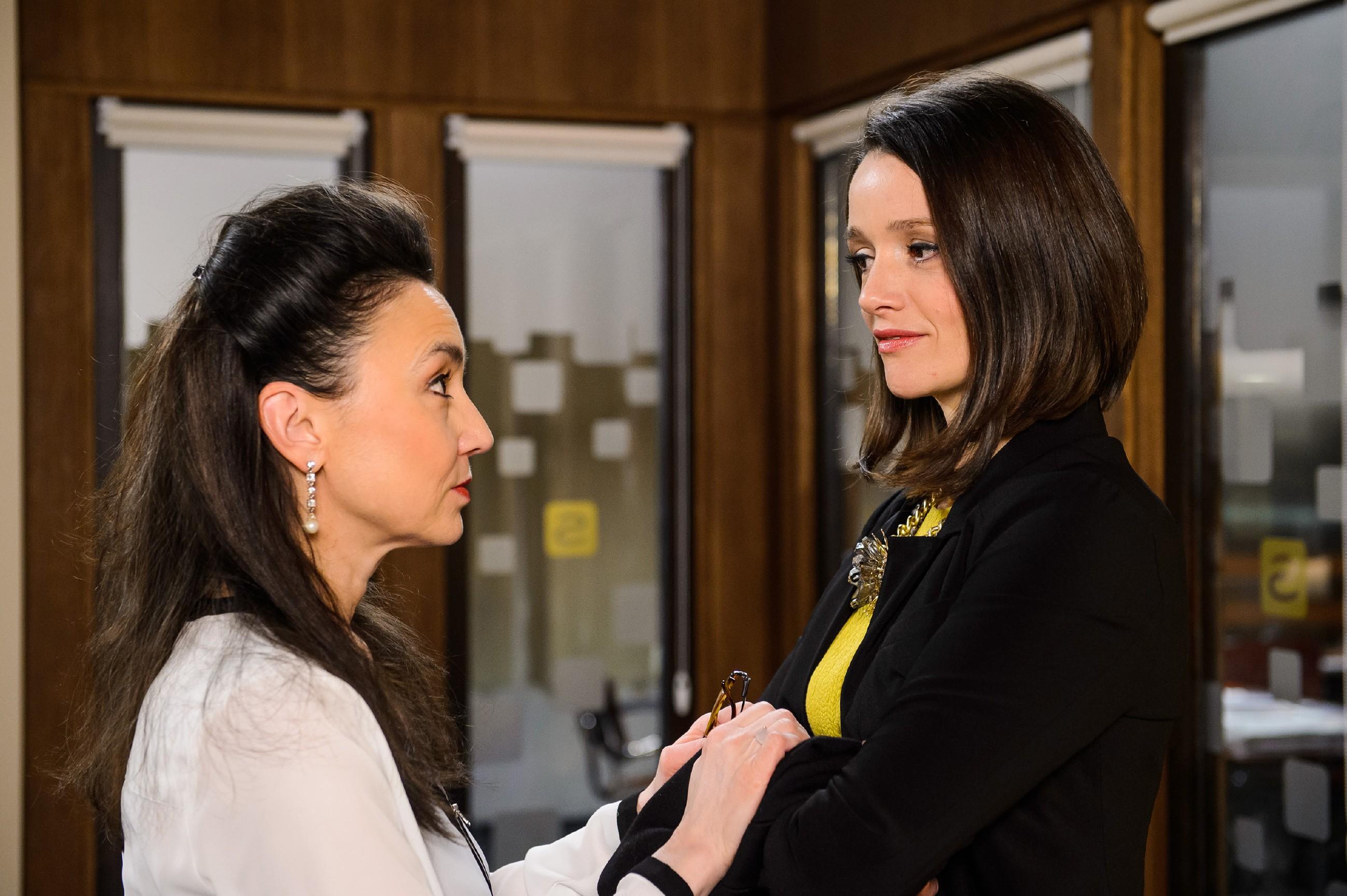 Simone (Tatjana Clasing, l.) stellt vor Jenny (Kaja Schmidt-Tychsen) entschieden klar, dass sie sich von Carmen nicht ihren Mann wegnehmen lassen wird. (Quelle: RTL / Willi Weber)