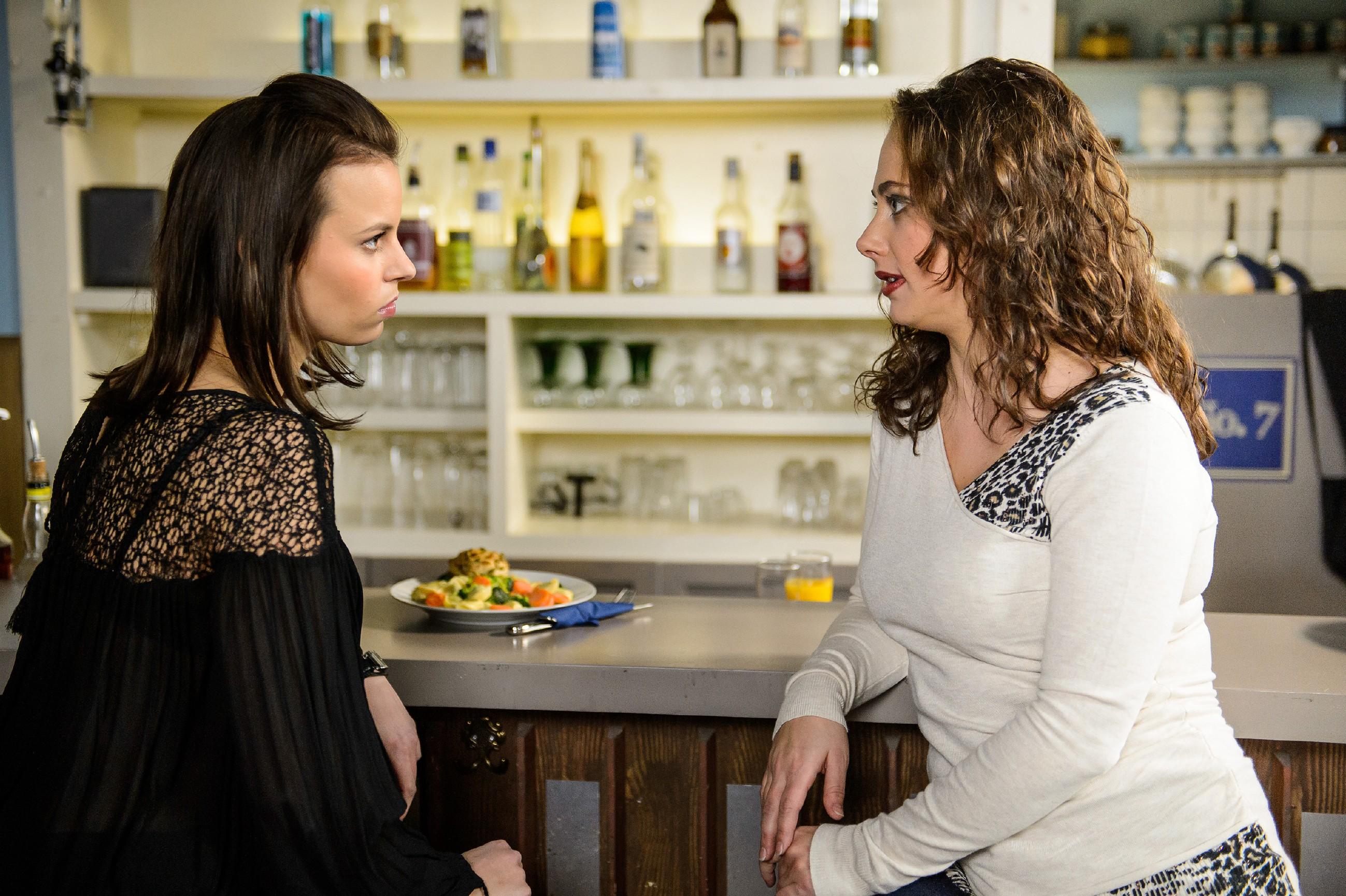 Carmen (Heike Warmuth, r.) verspricht Michelle (Franziska Benz) betroffen, dass sie die Wogen mit Simone glätten wird. (Quelle: RTL / Willi Weber)