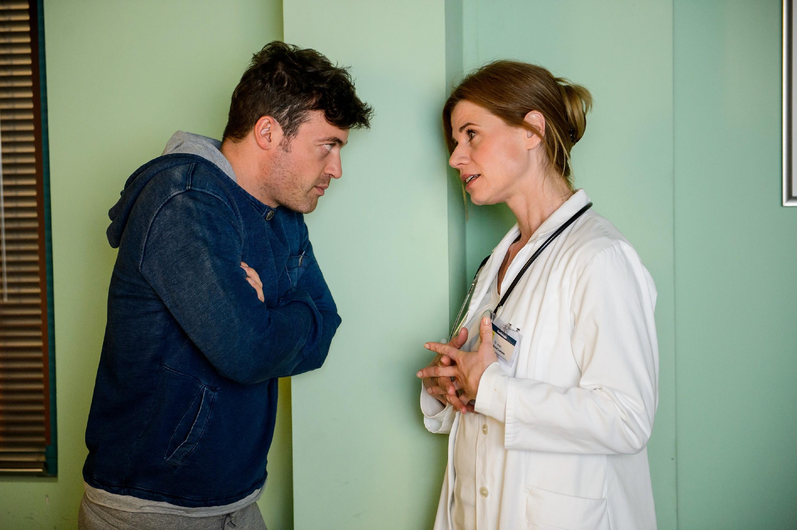 Ben (Jörg Rohde) versucht Anne (Alexandra Seefisch) zu überreden, ihn vorzeitig nach Hause zu entlassen. (Quelle: RTL / Willi Weber)