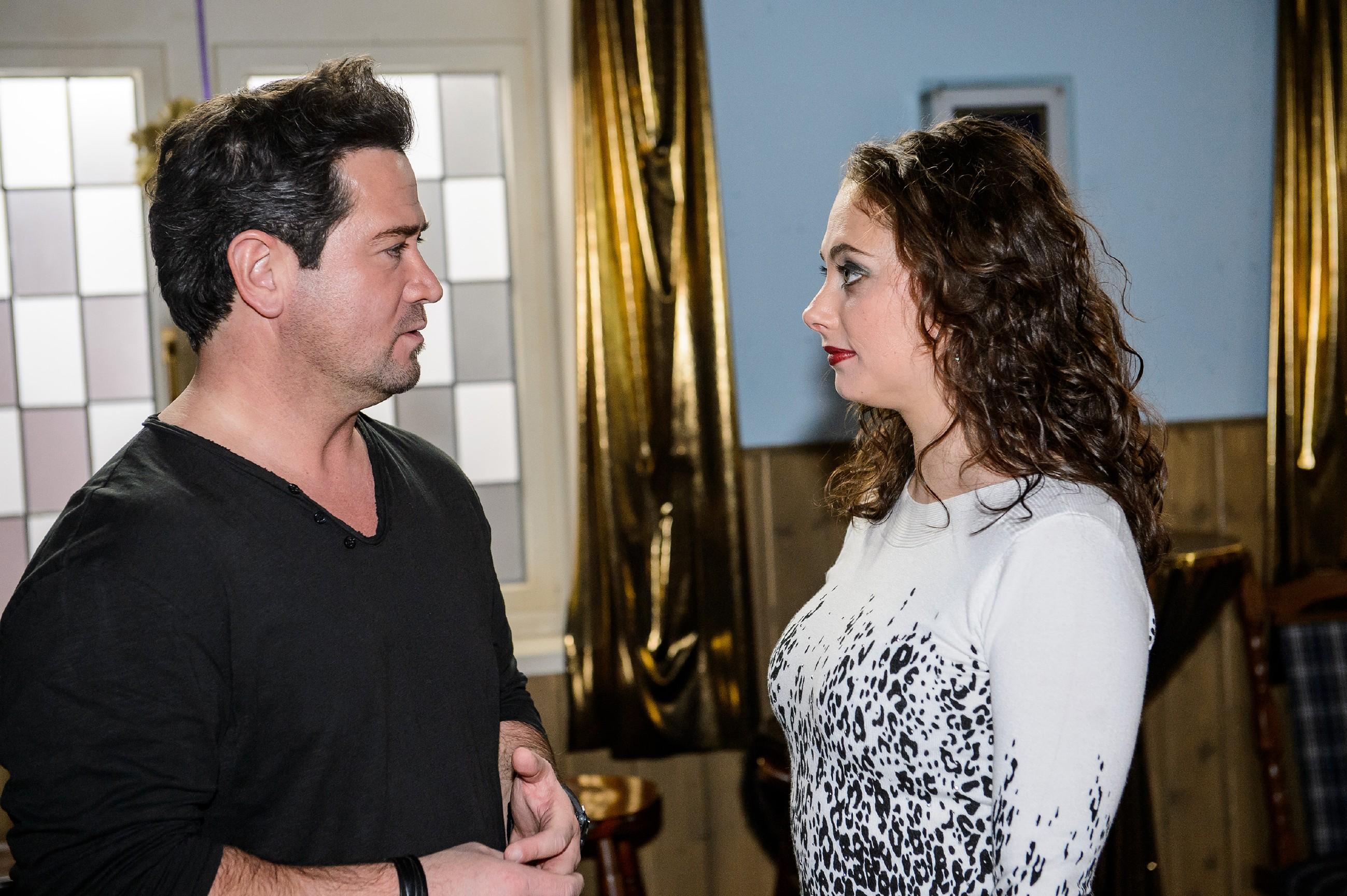 Marian (Sam Eisenstein) hat Angst, dass Ingo ihm wegen seines One-Night-Stands mit Bea doch noch auf die Schliche kommen könnte und vertraut sich Carmen (Heike Warmuth) an. (Quelle: RTL / Willi Weber)
