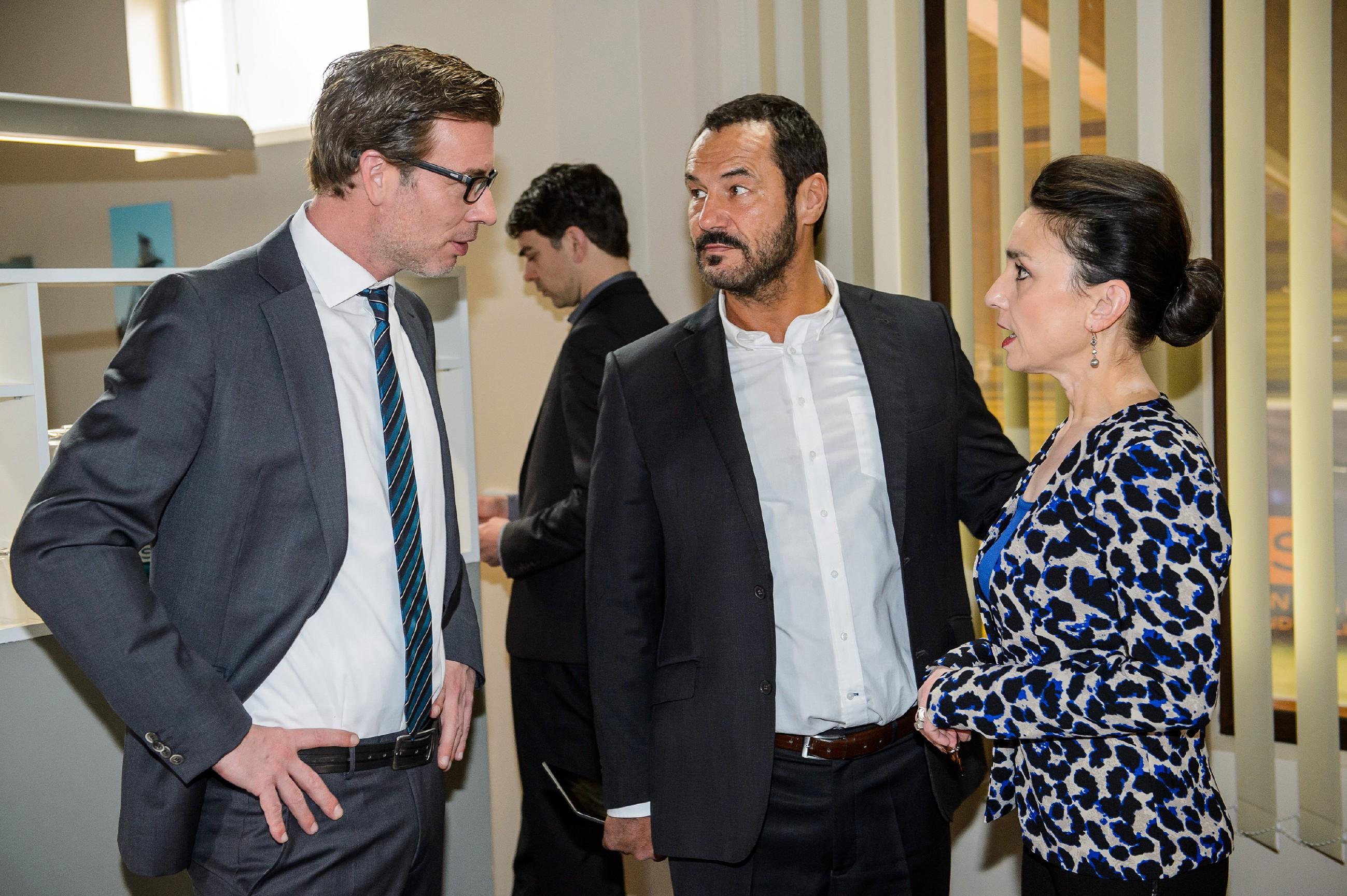 Richard (Silvan-Pierre Leirich, M.), Simone (Tatjana Clasing) und Christoph (Lars Korten) sind sich bewusst, dass Veit eine latente Bedrohung darstellt. (Quelle: RTL / Willi Weber)