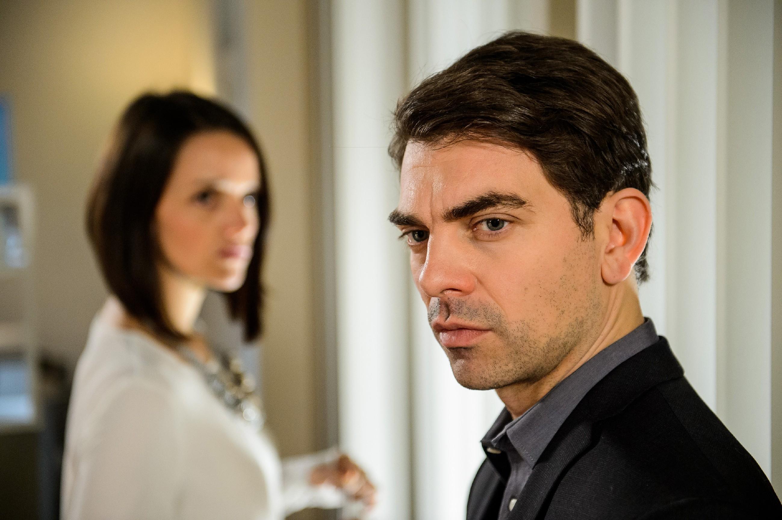 Veit (Carsten Clemens) lässt bei Jenny (Kaja Schmidt-Tychsen) nicht locker. (Quelle: RTL / Willi Weber)