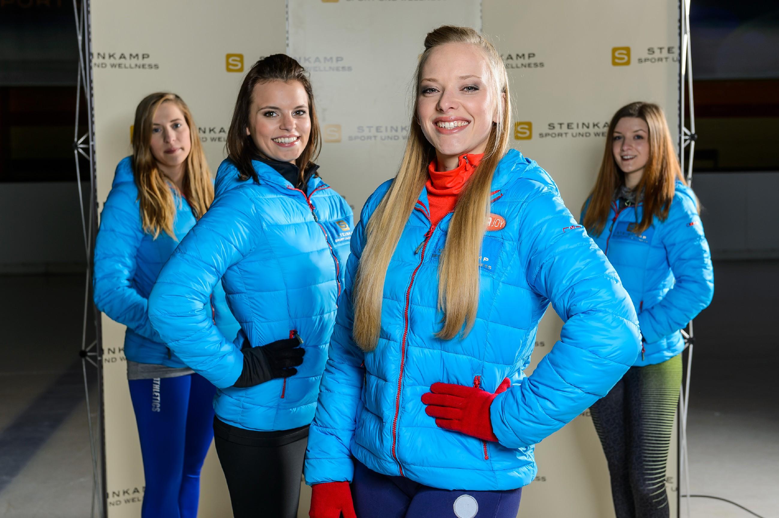 Bei einem Foto-Shooting mit Michelle (Franziska Benz, 2.v.l.) und zwei B-Kader-Läuferinnen (Komparsinnen) lässt sich Marie (Judith Neumann, 2.v.r.) nicht noch einmal von Michelle provozieren. (Quelle: RTL / Willi Weber)