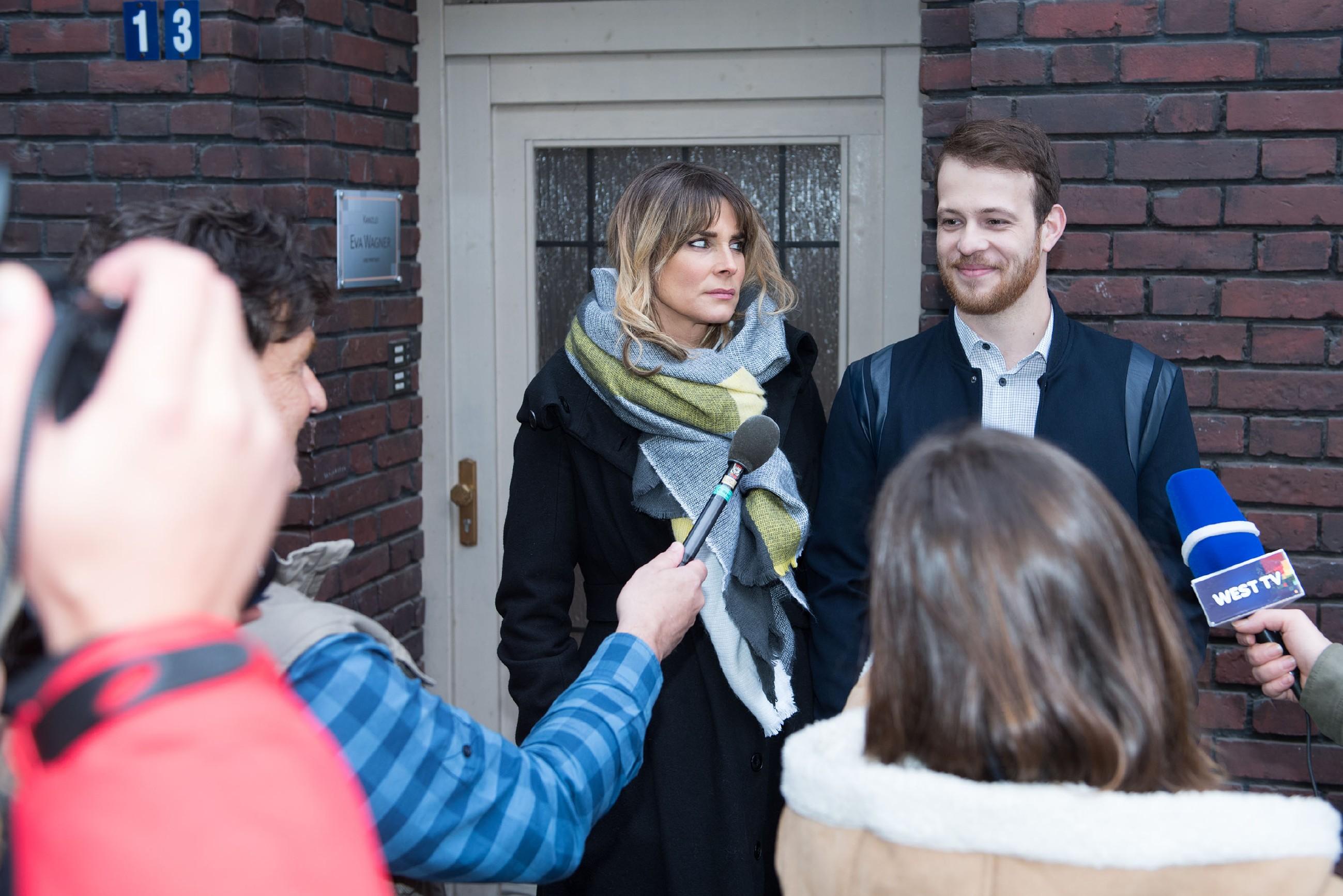 Als er mitbekommt, wie Eva (Claudelle Deckert) von der Presse zu dem Überfall interviewt wird, nutzt Tobias (Patrick Müller) das geschickt zu seinem Vorteil, um ihr Teilhaber zu werden. (Quelle: RTL / Stefan Behrens)