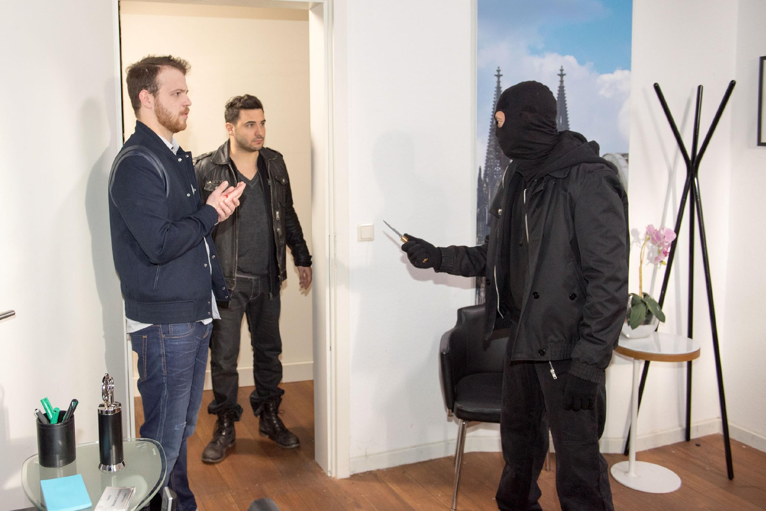 Tobias (Patrick Müller, l.) erkennt geschockt, dass es nicht Easy (Lars Steinhöfel, M.) ist, der hinter der Maske des Geiselnehmers (Eddie Geber) steckt... (Quelle: RTL / Stefan Behrens)