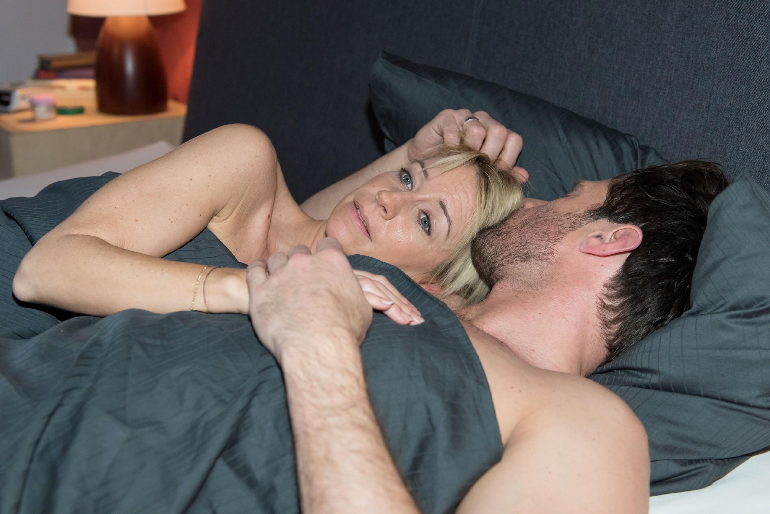 Während die gemeinsame Nacht bei Henning (Benjamin Kiss) die Hoffnung schürt, dass sie ihre Beziehung wieder kitten können, wird Ute (Isabell Hertel) immer nachdenklicher... (Quelle: RTL / Stefan Behrens)